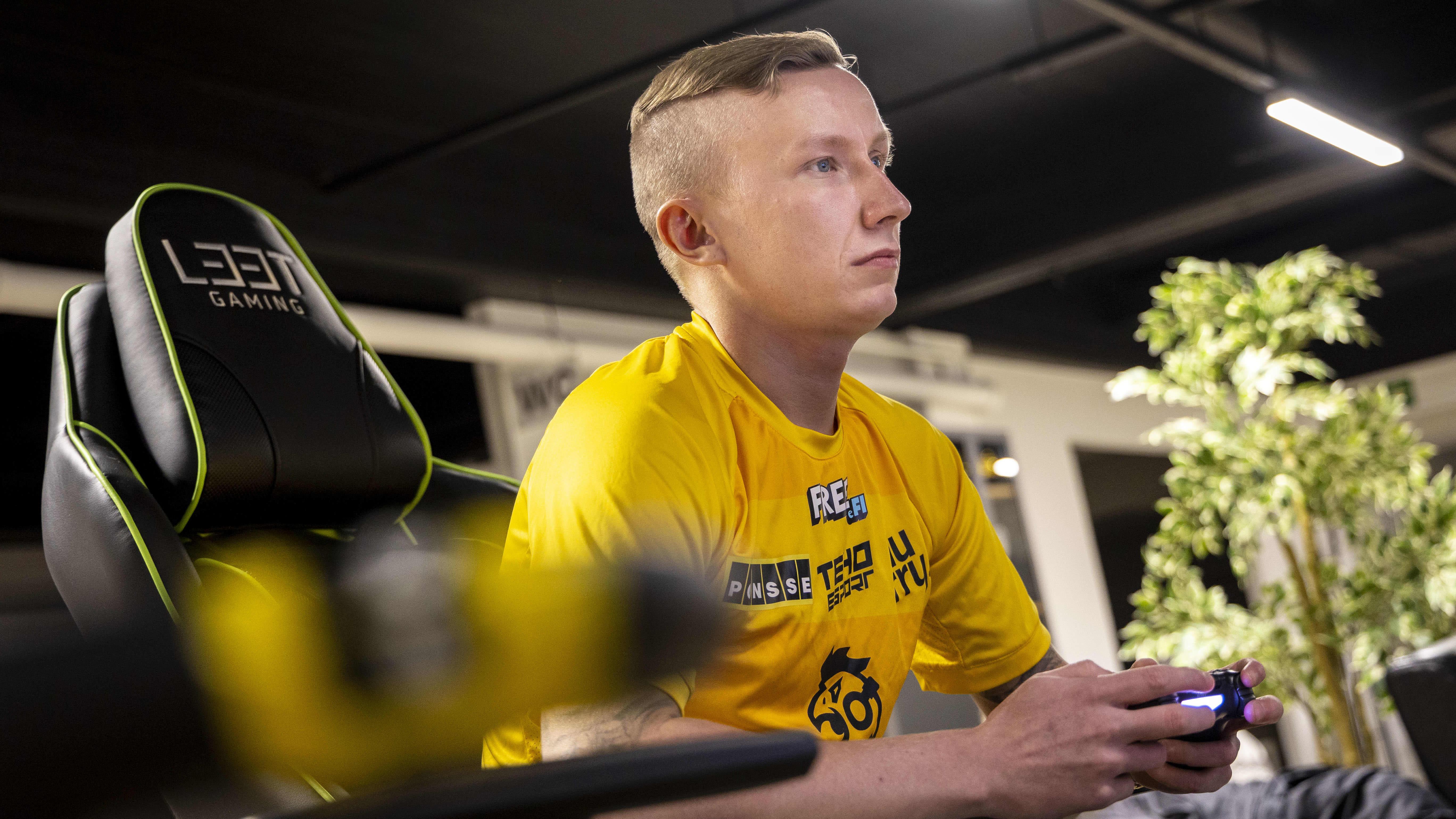 """Niklas """"Talonm1es"""" Tanninen, pelaamassa NHL -peliä Iisalmessa"""