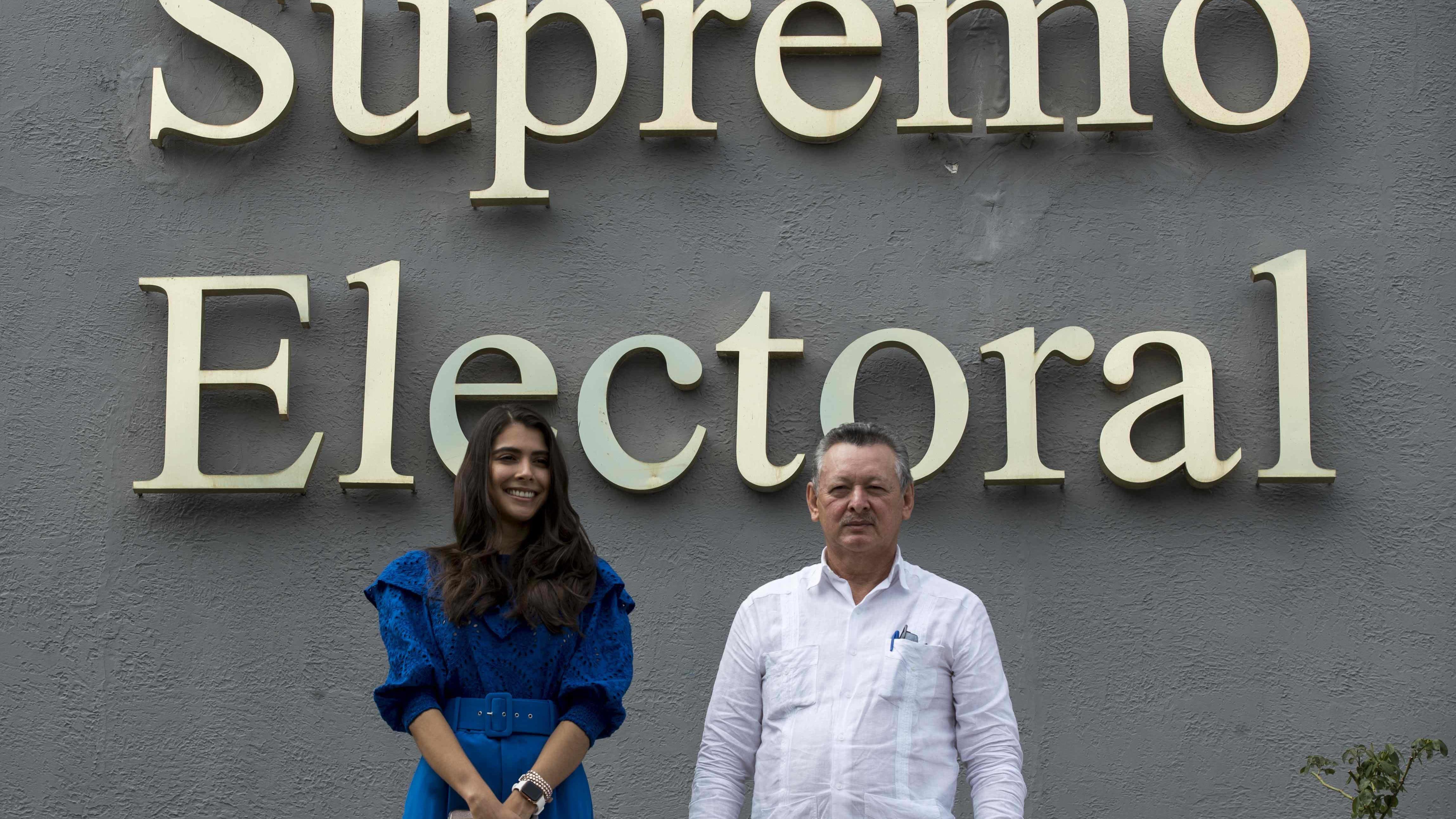 Berenice Quezada ja Oscar Sobalvarro seisovat ylimmän vaalilautakunnan rakennuksen edessä.