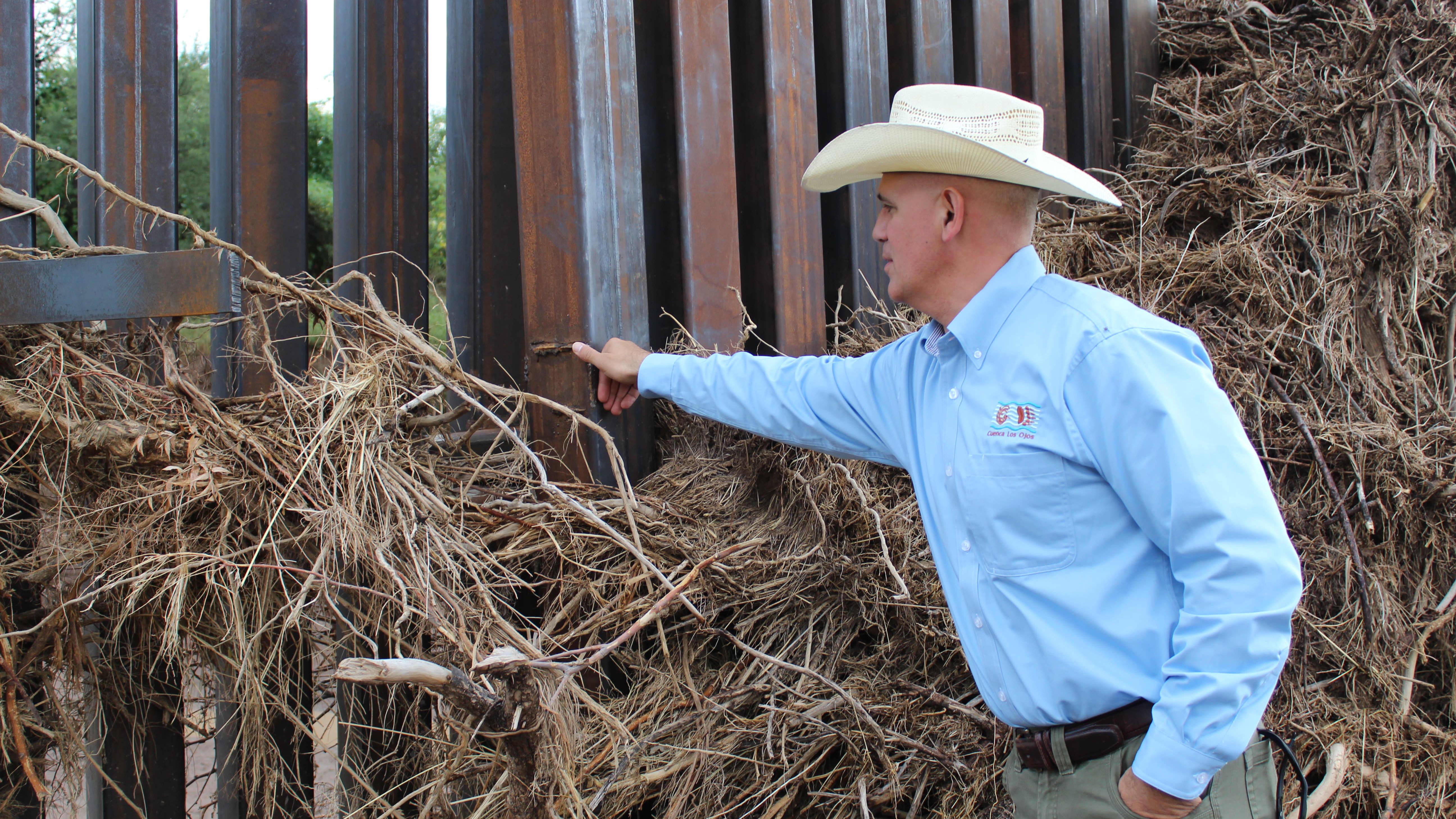 Jeremiah H. Leibowitz tarkastelee monsuunitulvien aiheuttamia vaurioita raja-aidalle.