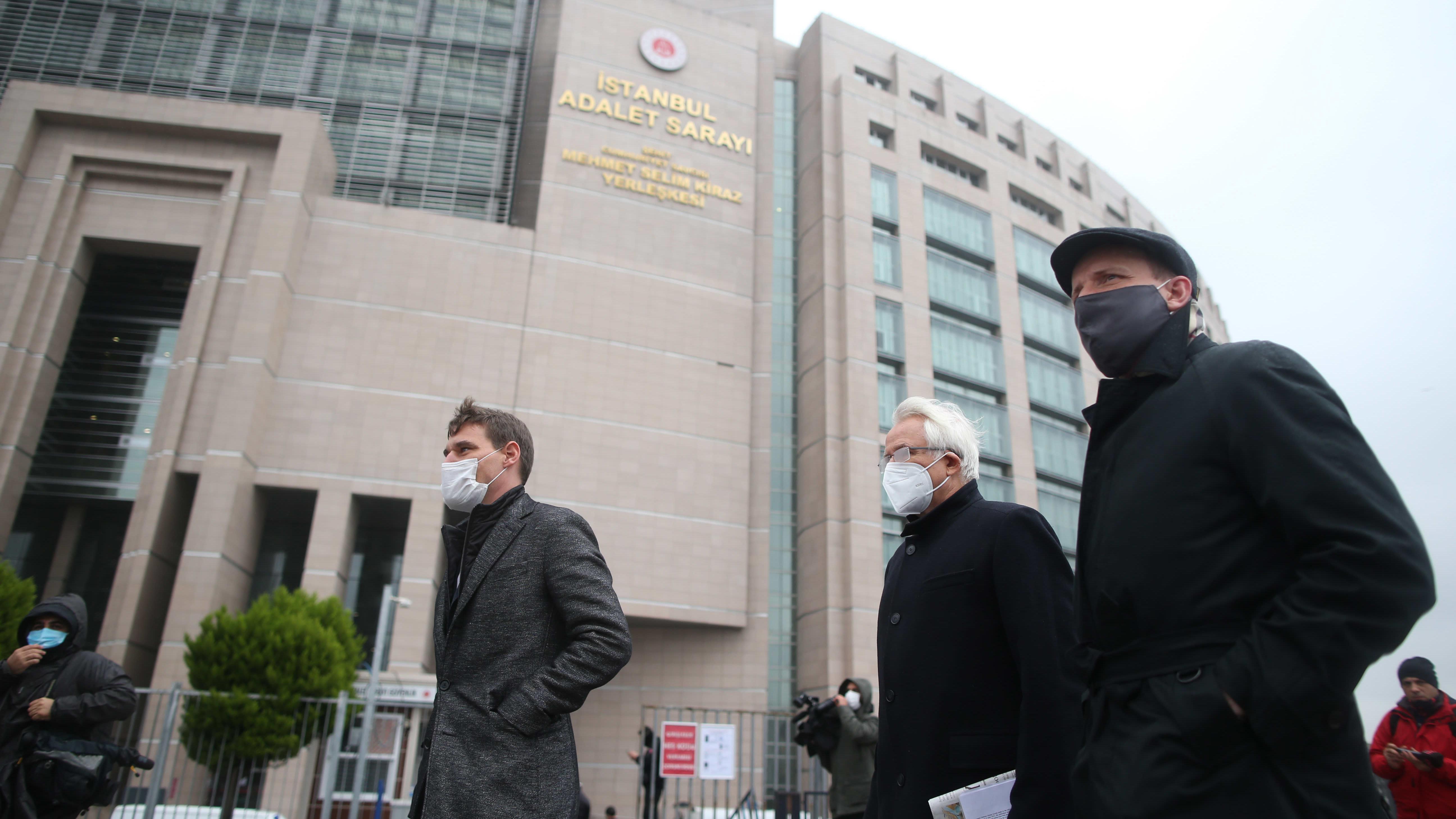 Eurooppalaisten suurlähetystöjen edustajia saapui seuraamaan Osman Kavalan oikeudenkäyntiä Istanbulissa joulukuussa 2020.