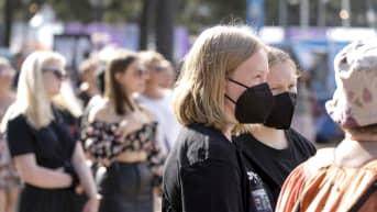 Maskillisia ja maskittomia nuoria Tikkurila festivaleilla.