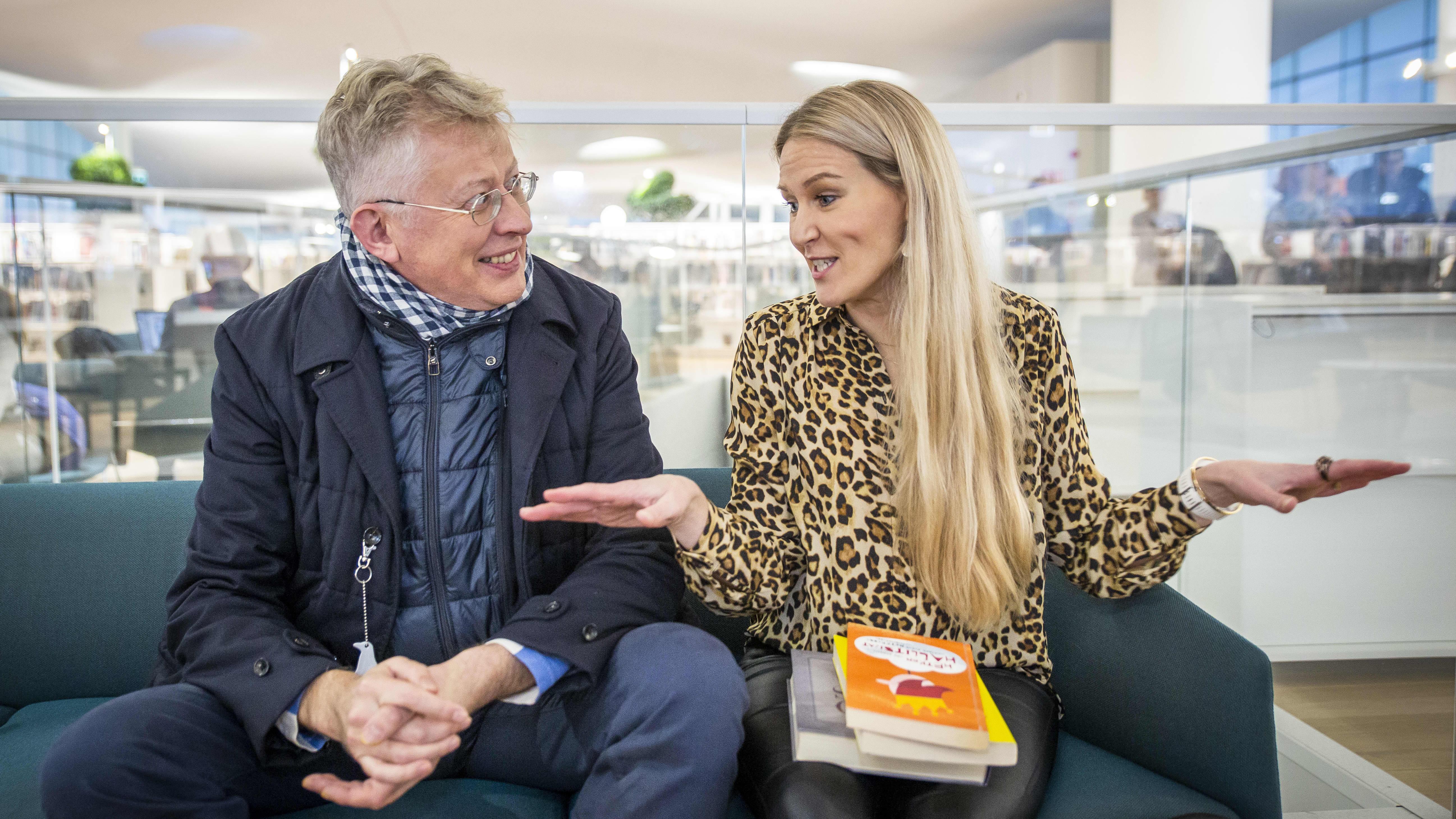 Pekka Pouta ja Marja Sannikka keskustelevat keskuskirjasto Oodin sohvalla