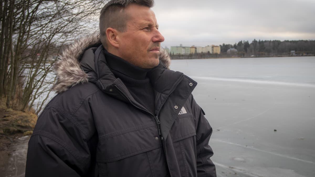 Harri Gustafsberg katselee järvelle