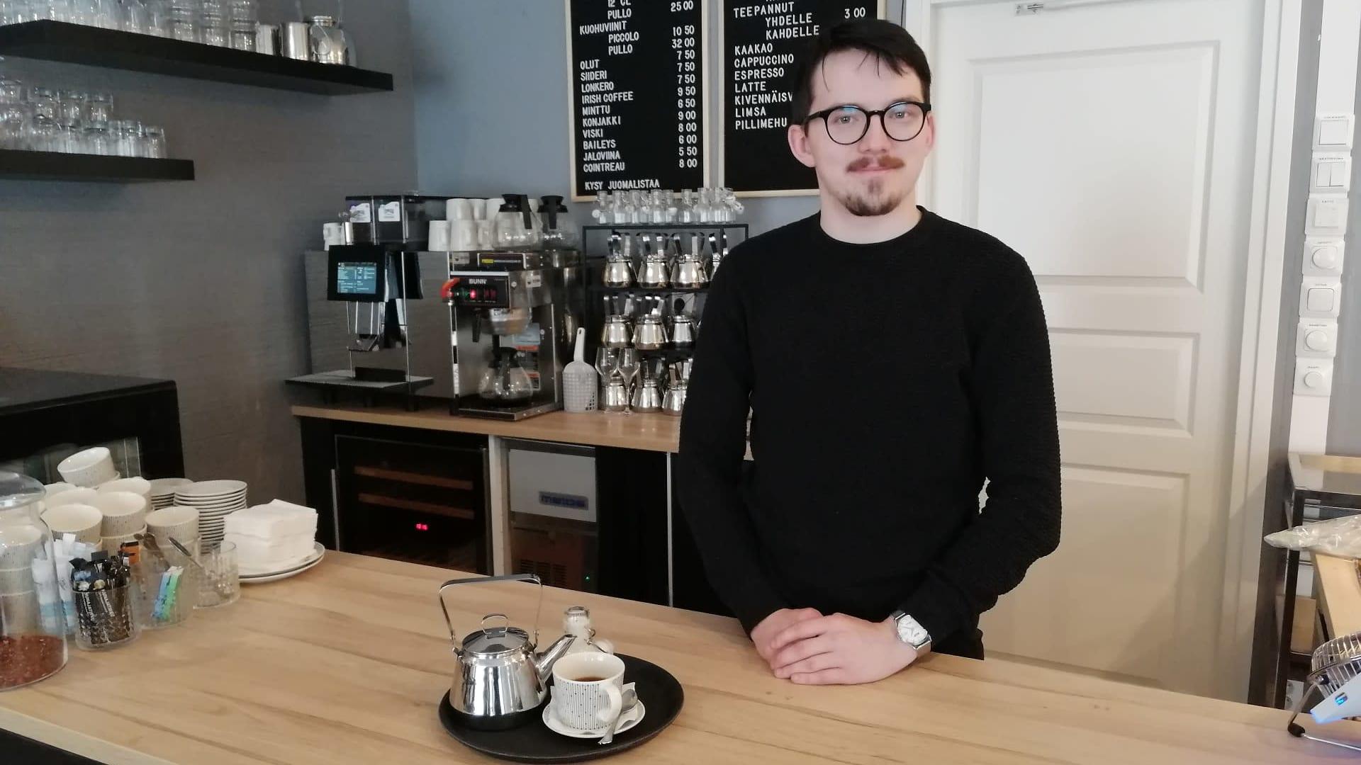 Kahvilayrittäjä Saku Matala tiskin toisella puolella.