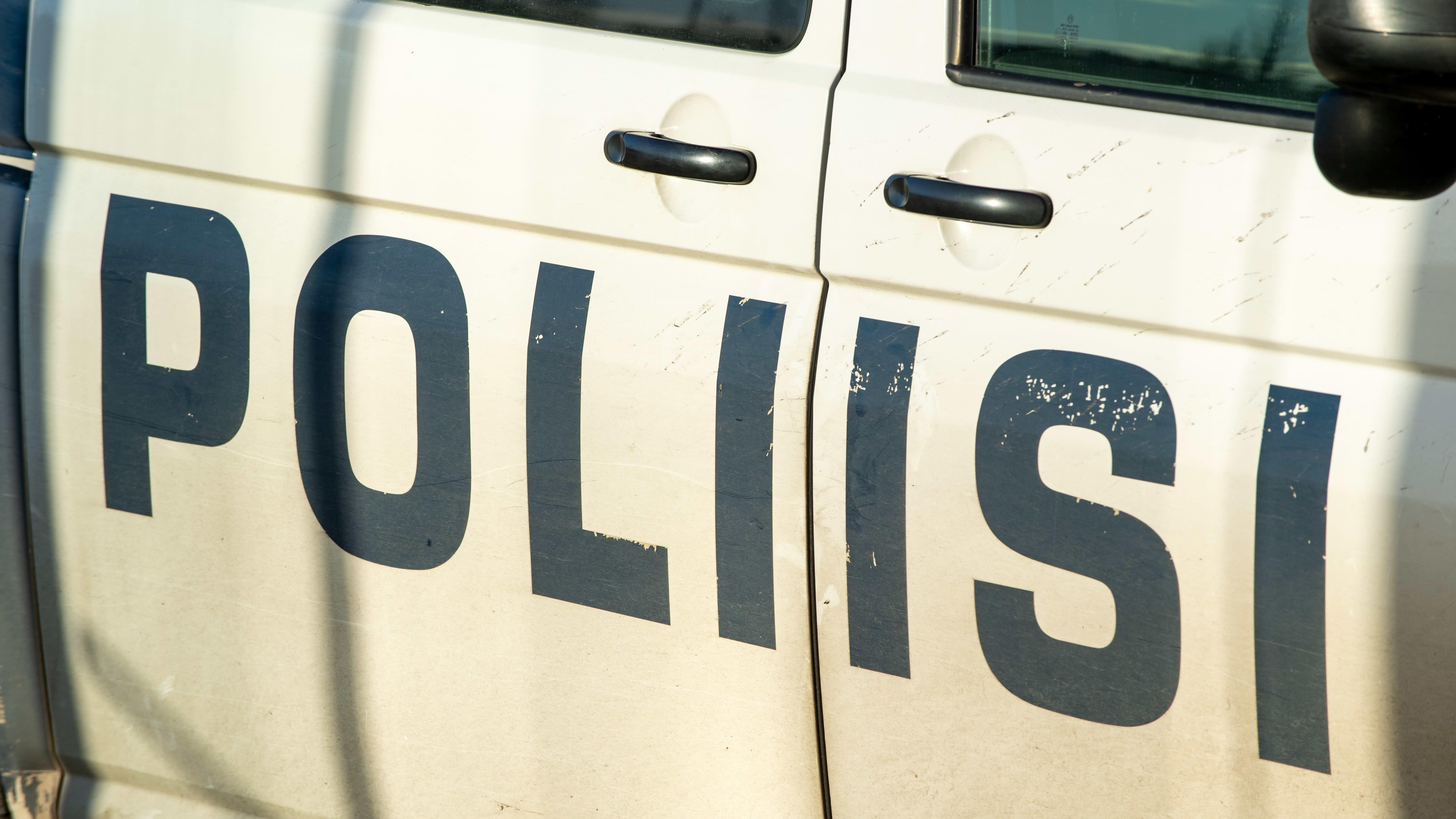 Teksti poliisiauton kyljessä