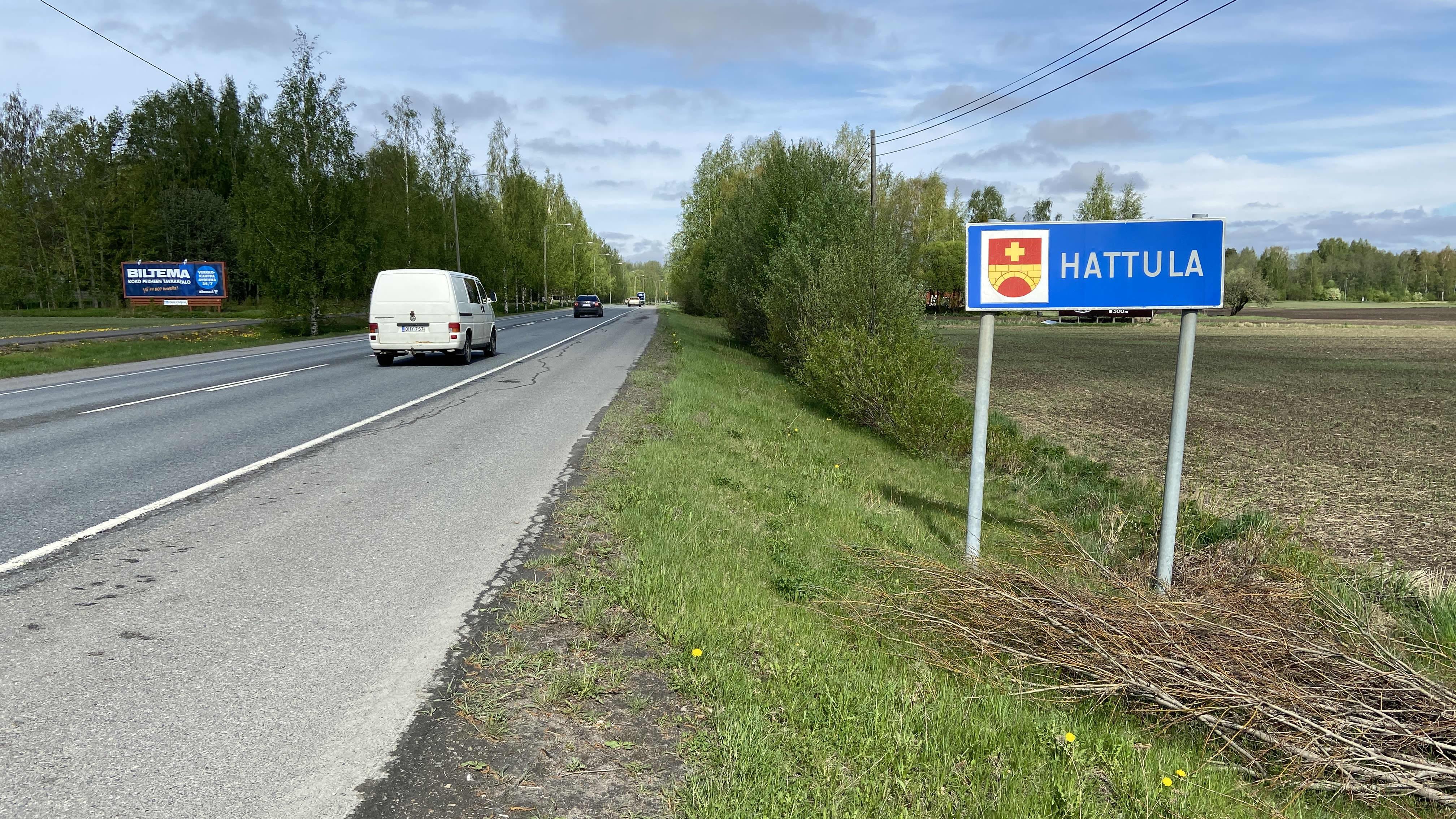 Kuva Hattulan kuntakyltistä tieltä 57 Hämeenlinnasta ajettaessa. Kuvassa myös autoja ajamassa Hattulan suuntaan.