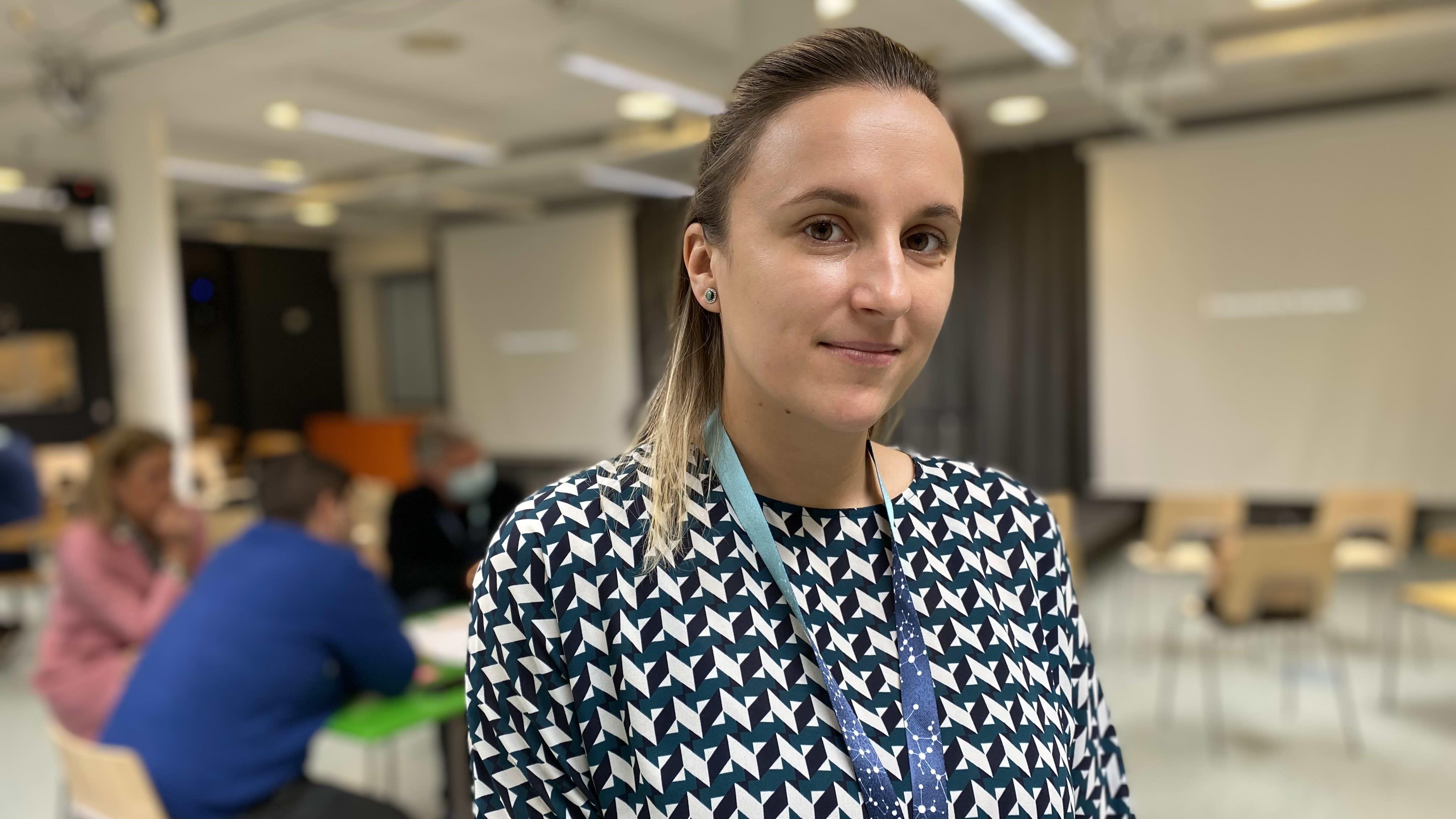 Irlantilaisessa Athlone Institute of Technology -korkeakoulussa opiskeleva tohtorikoulutettava Anastasia Platonava katso kameraan hymyillen yllään vihermustavalkoinen pusero. Kuva otettu lokakuun 26. päivä Hämeen ammattikorkeakoulun Desing Factoryssä.