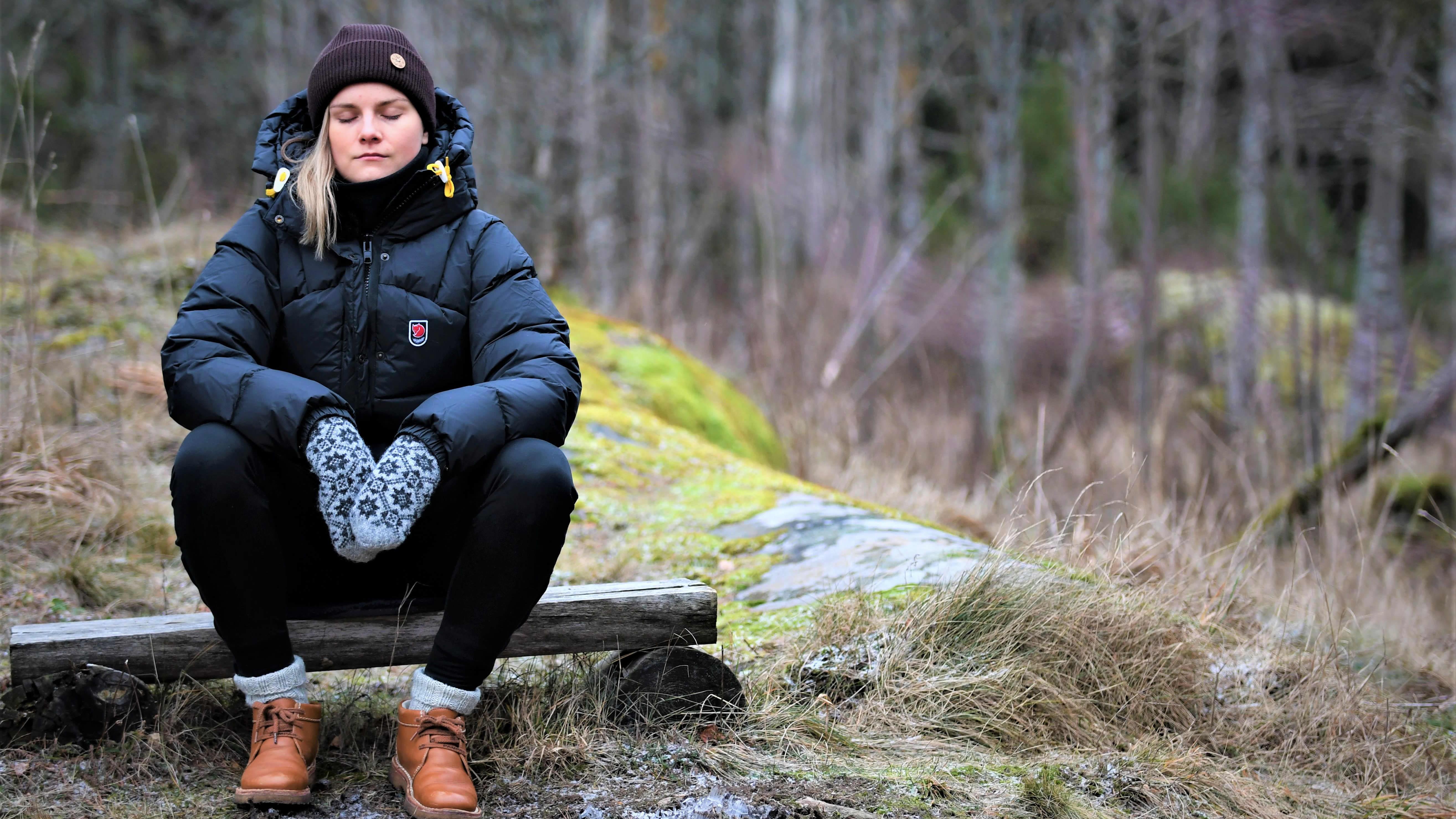 Julia Tunturi mediterar ute i naturen, januari 2021