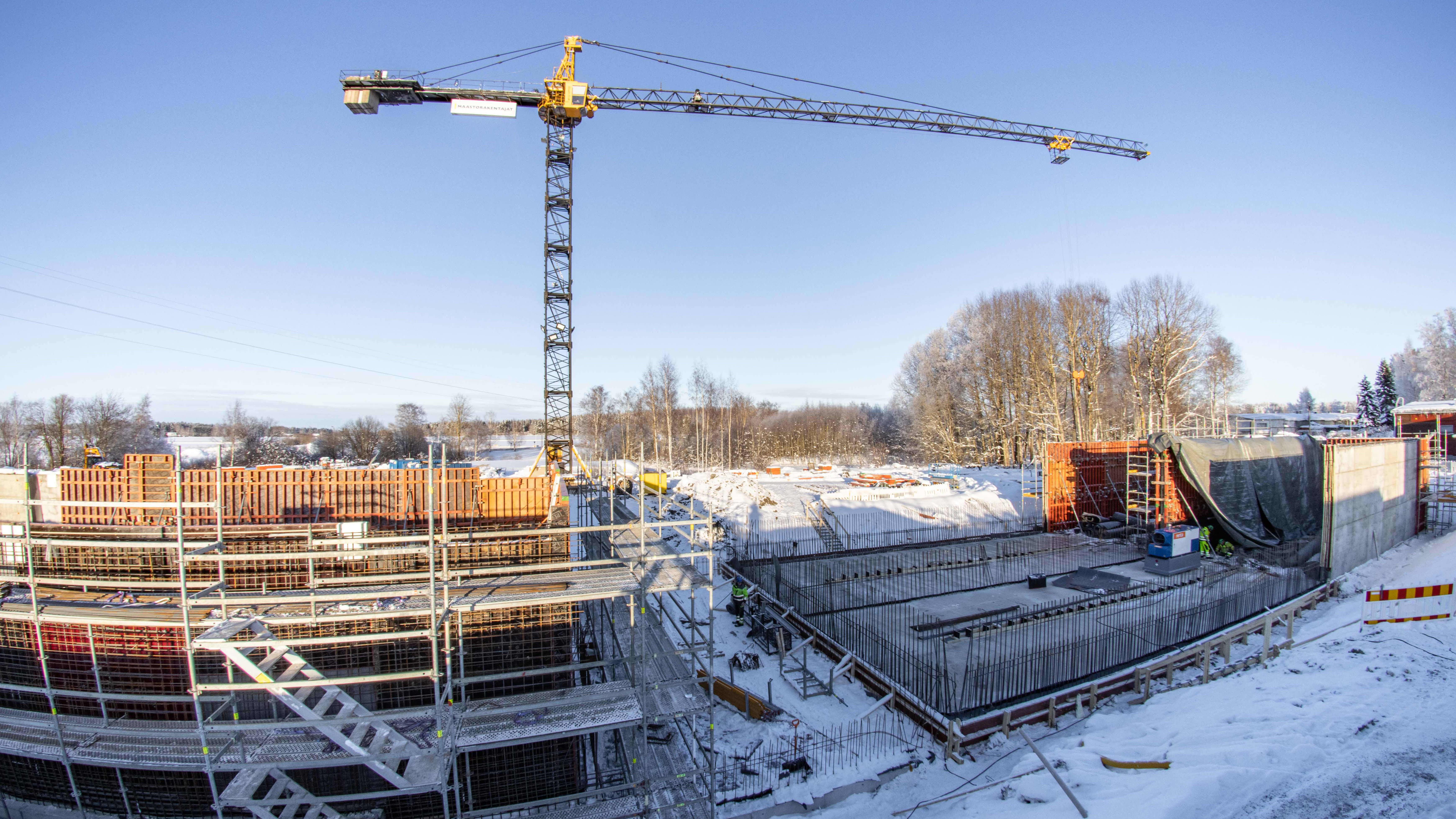 Paroisten vedenpuhdistamolle asennetaan betonialtaita.