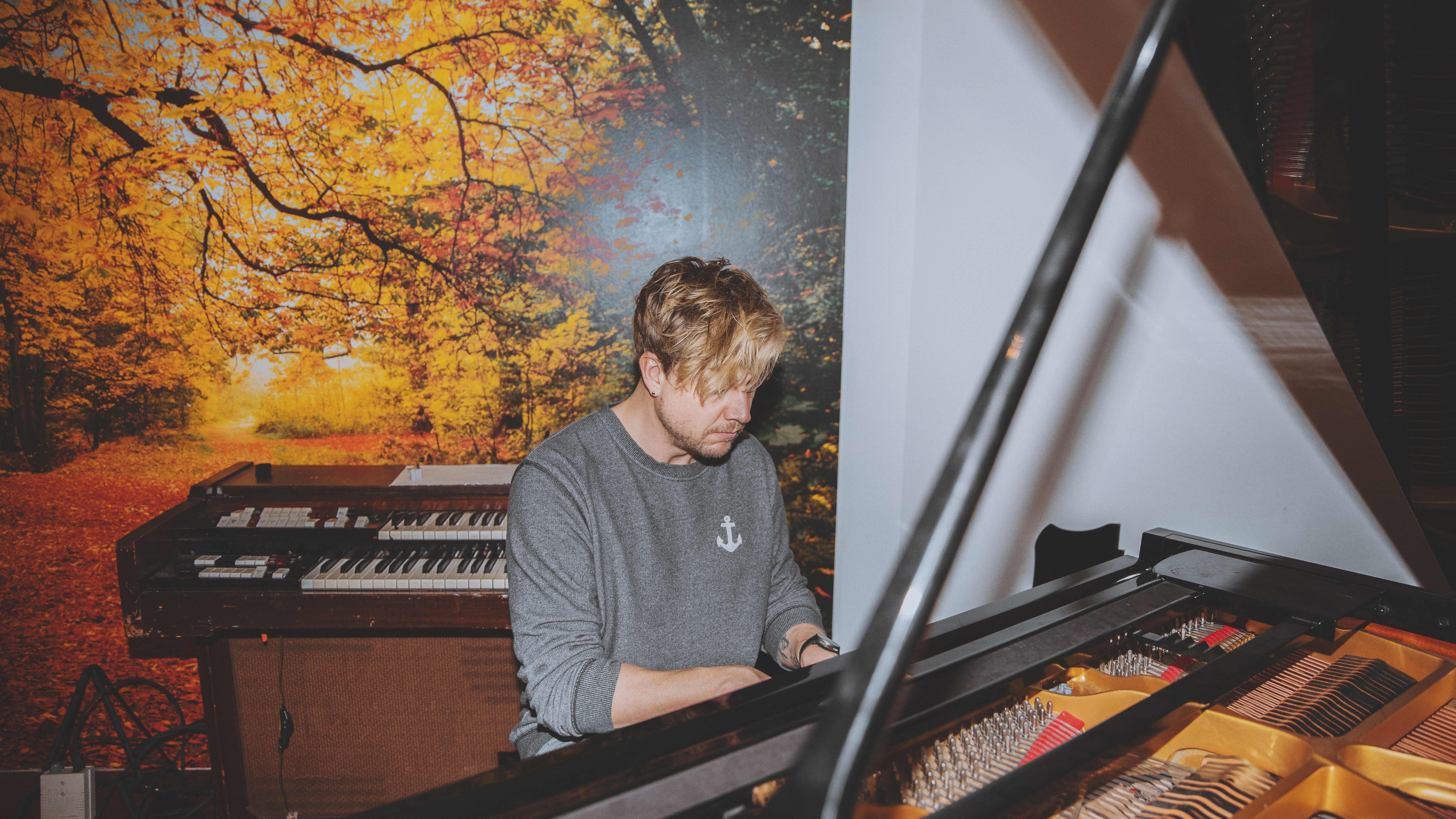 Samu Haber pianon ääressä