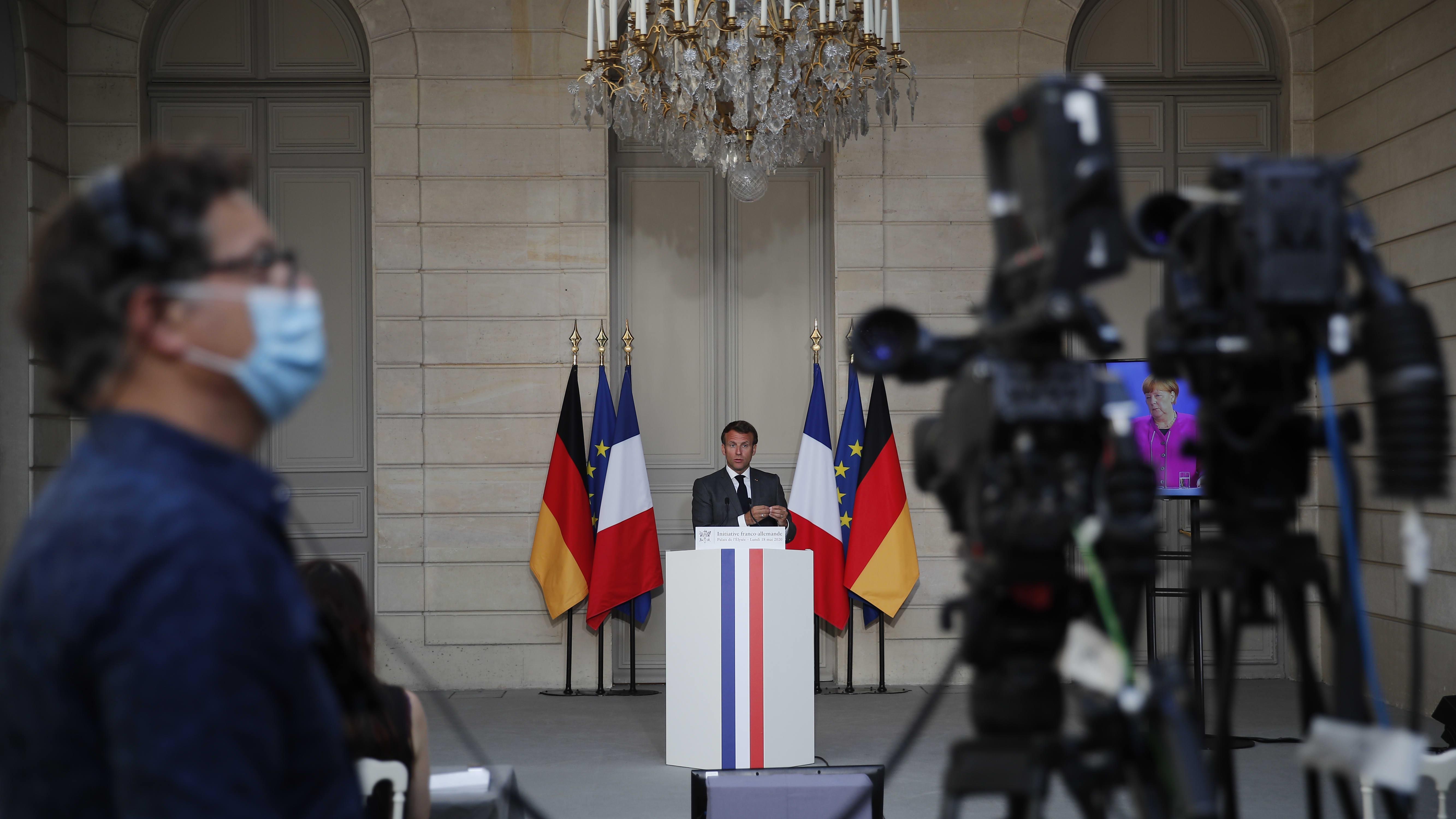 Emmanuel Macron maanantaina, pitäessään videoitse lehdistötilaisuutta yhdessä Saksan liittokanslerin, Angela Merkelin kanssa koronaelvytyksestä.