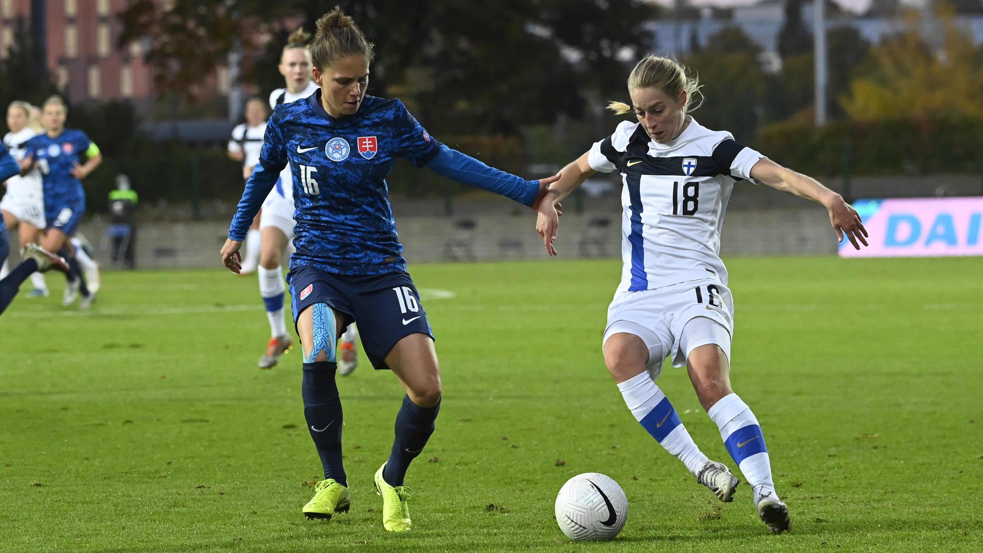 Linda Sällström (oikealla) vauhdissa MM-karsintaottelussa Slovakiaa vastaan syyskuussa 2021.