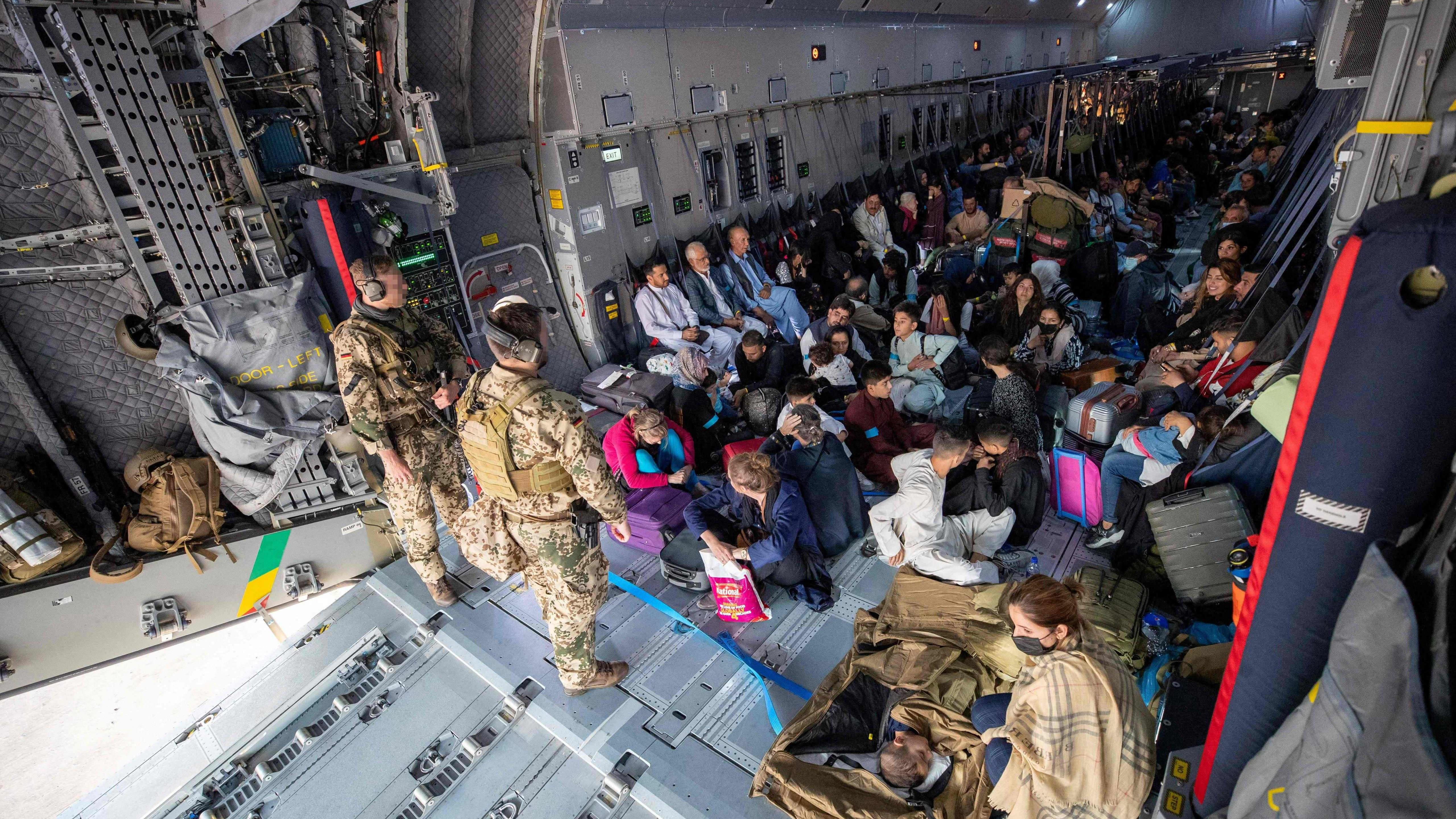 Afganistanilaiset pakolaiset evakuoitavana Saksan ilmavoimien lennolla kohti Uzbekistania.