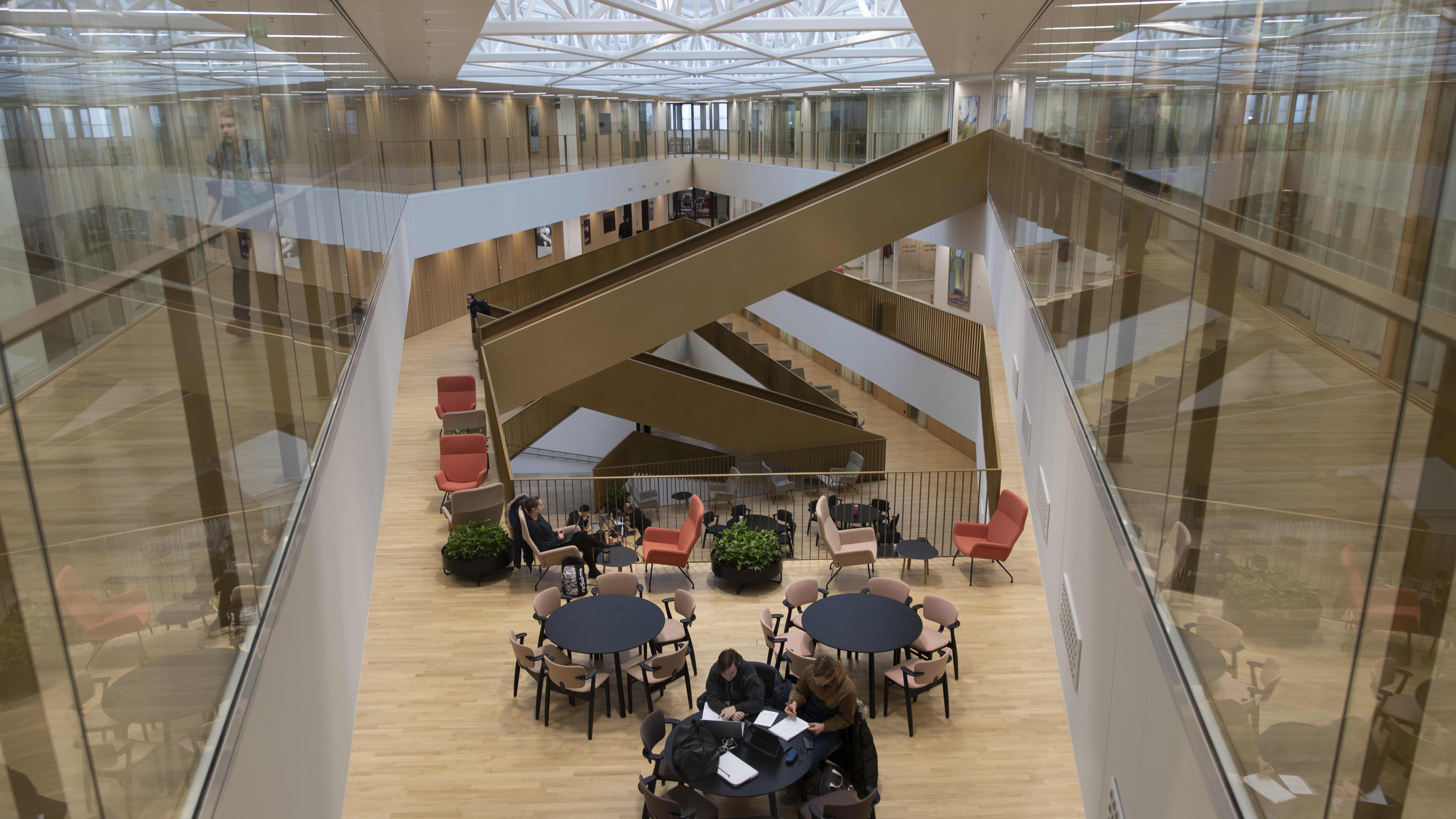 Aalto-yliopiston kauppakorkeakoulun avointa aulatilaa opiskelua varten.