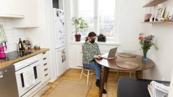Nainen käyttää tietokonetta.