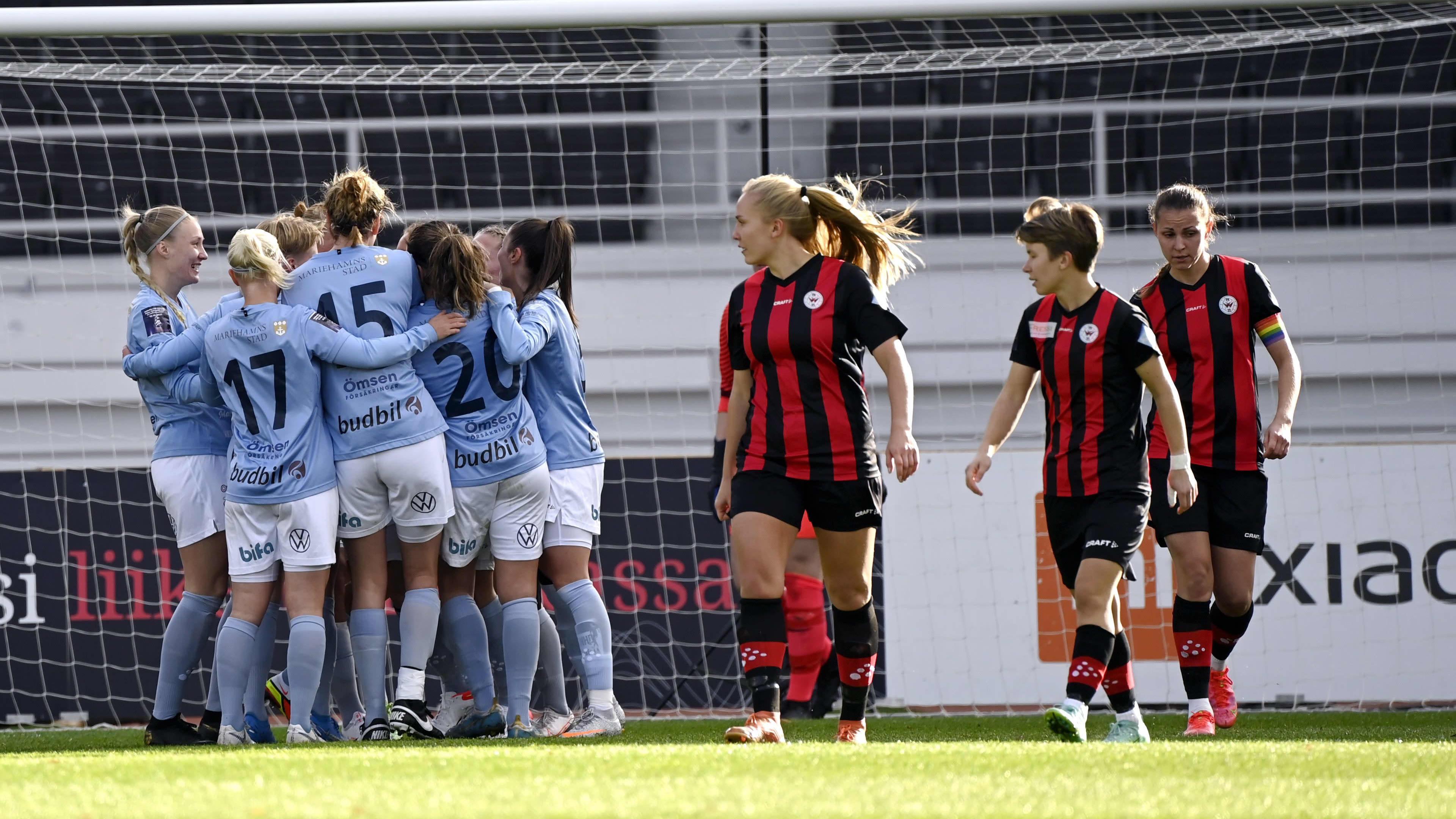 Åland United firar efter att ha kvitterat cupfinalen mot PK-35 Vantaa på Olympiastadion.