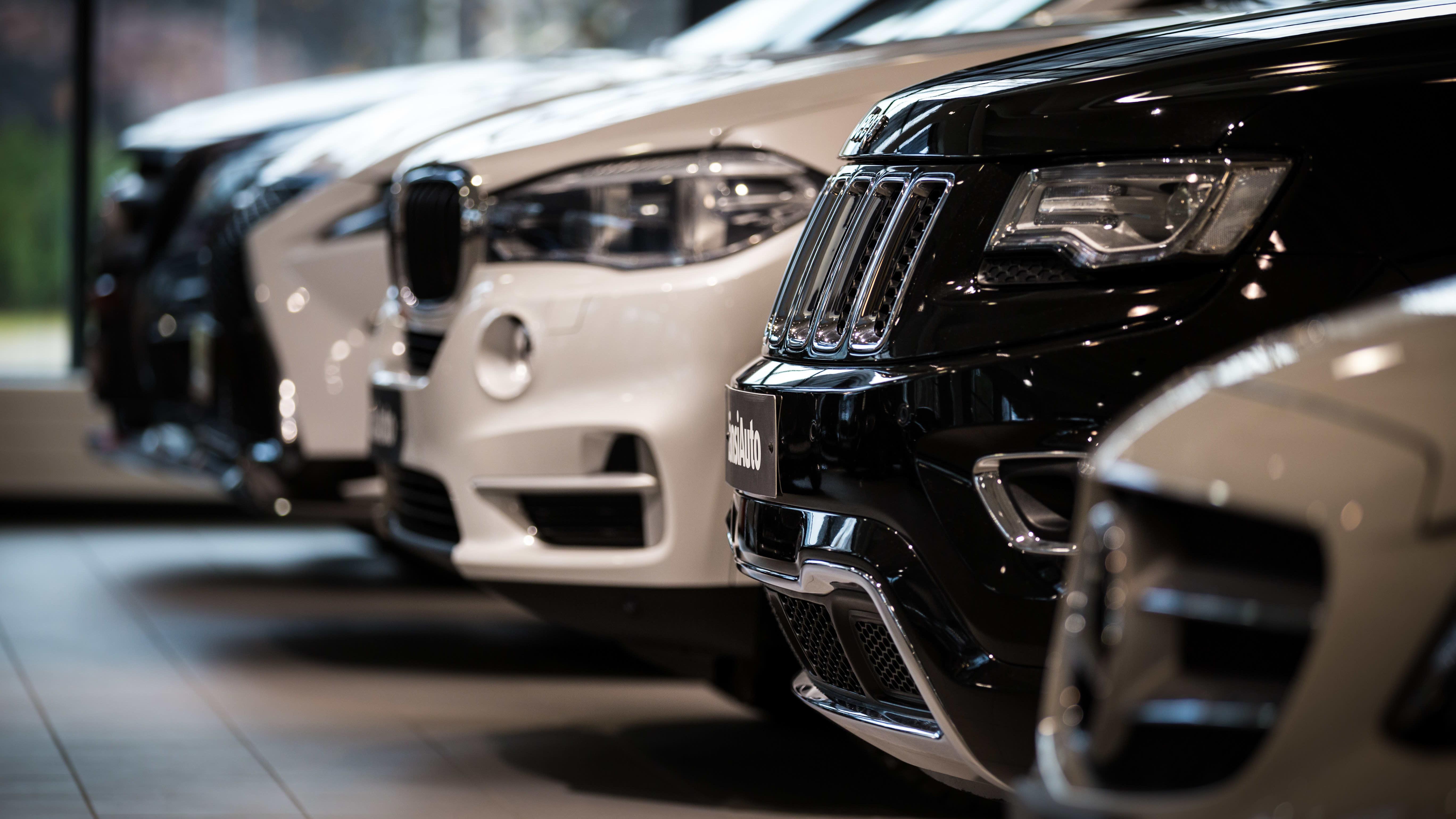 Lähikuva autojen keuloista autoliikkeessä.