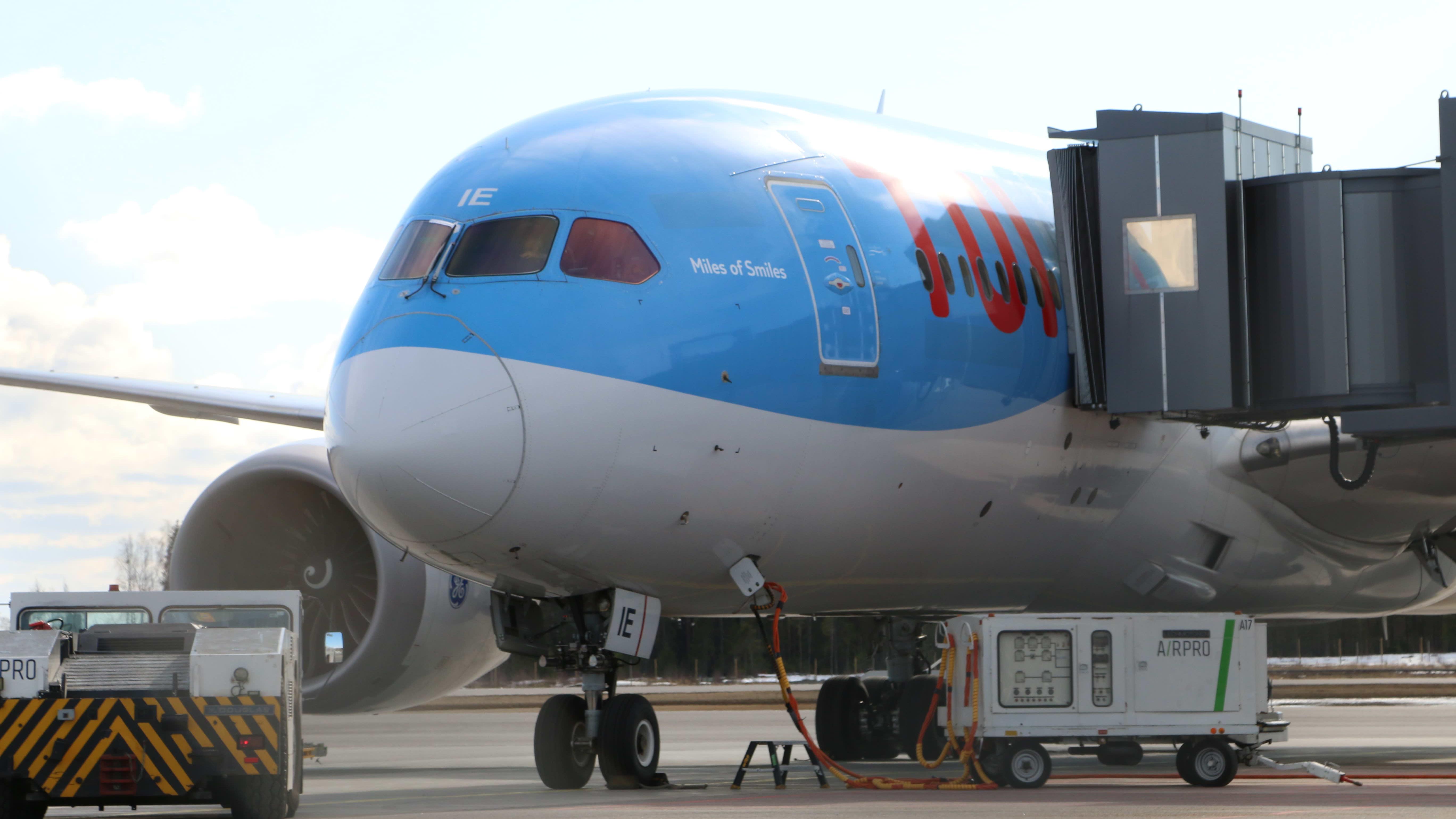 Thaimaasta palannut lentokone Oulun lentoasemalla.