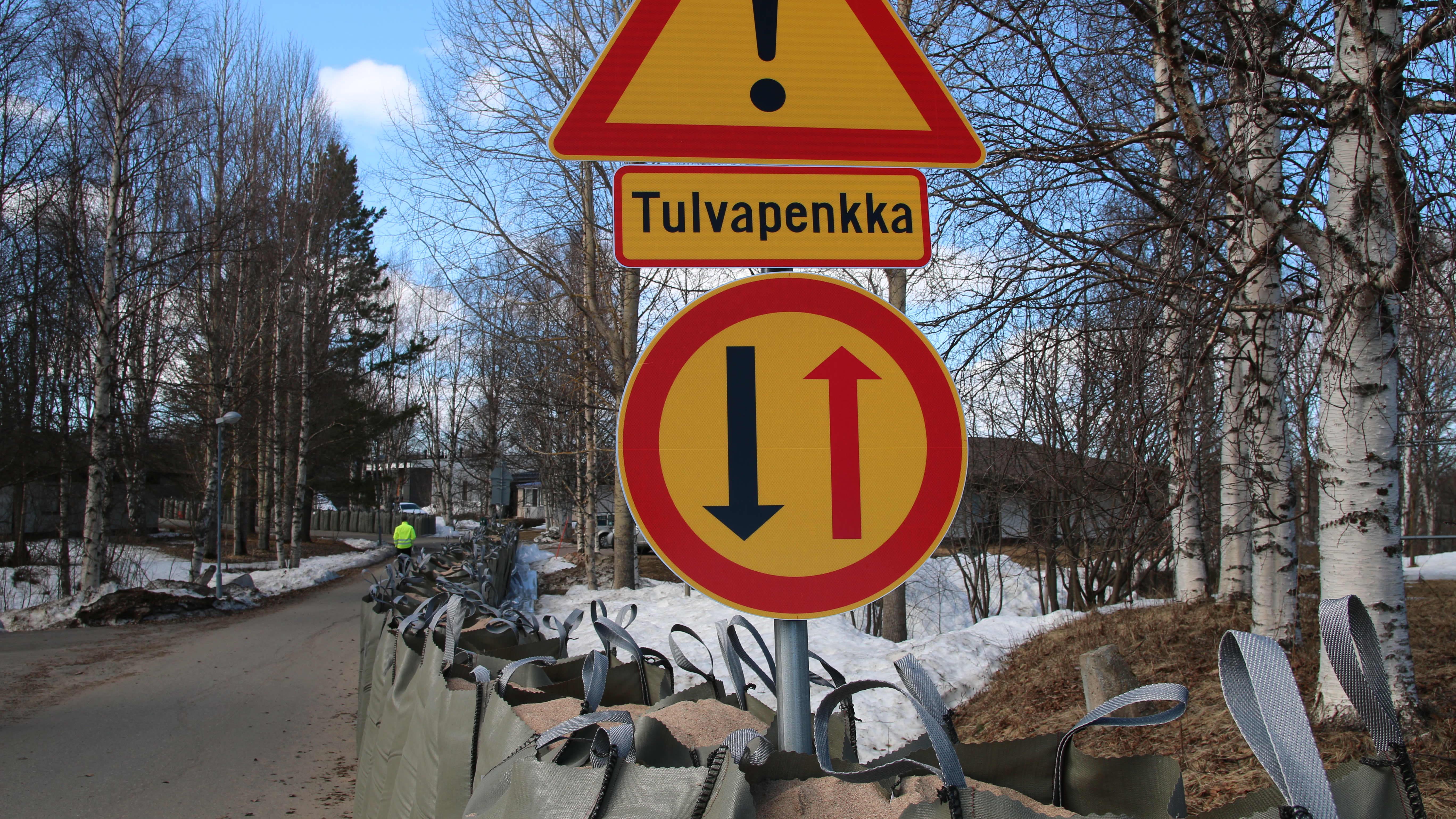 tulvapenkka Rovaniemen Halvarinrannassa toukokuussa 2020