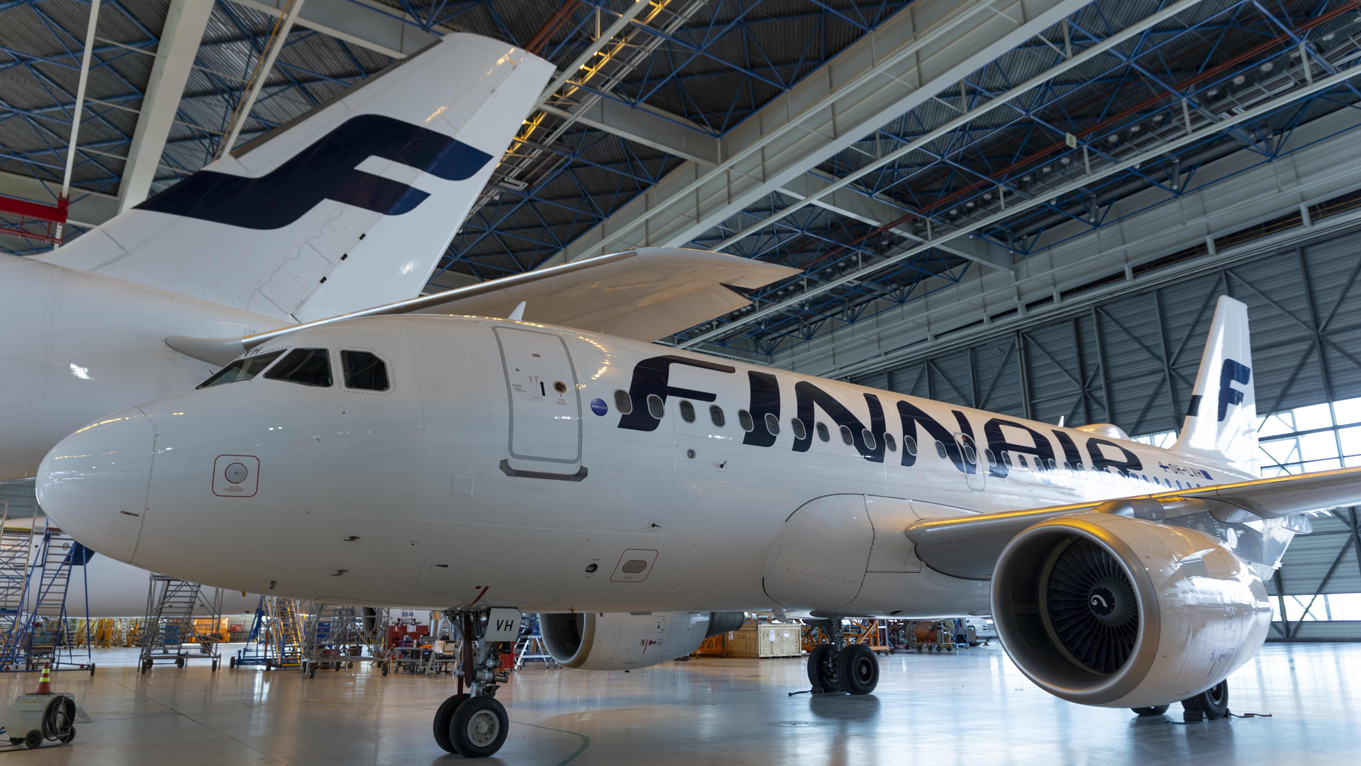 Finnairin lentokone huoltohallissa.