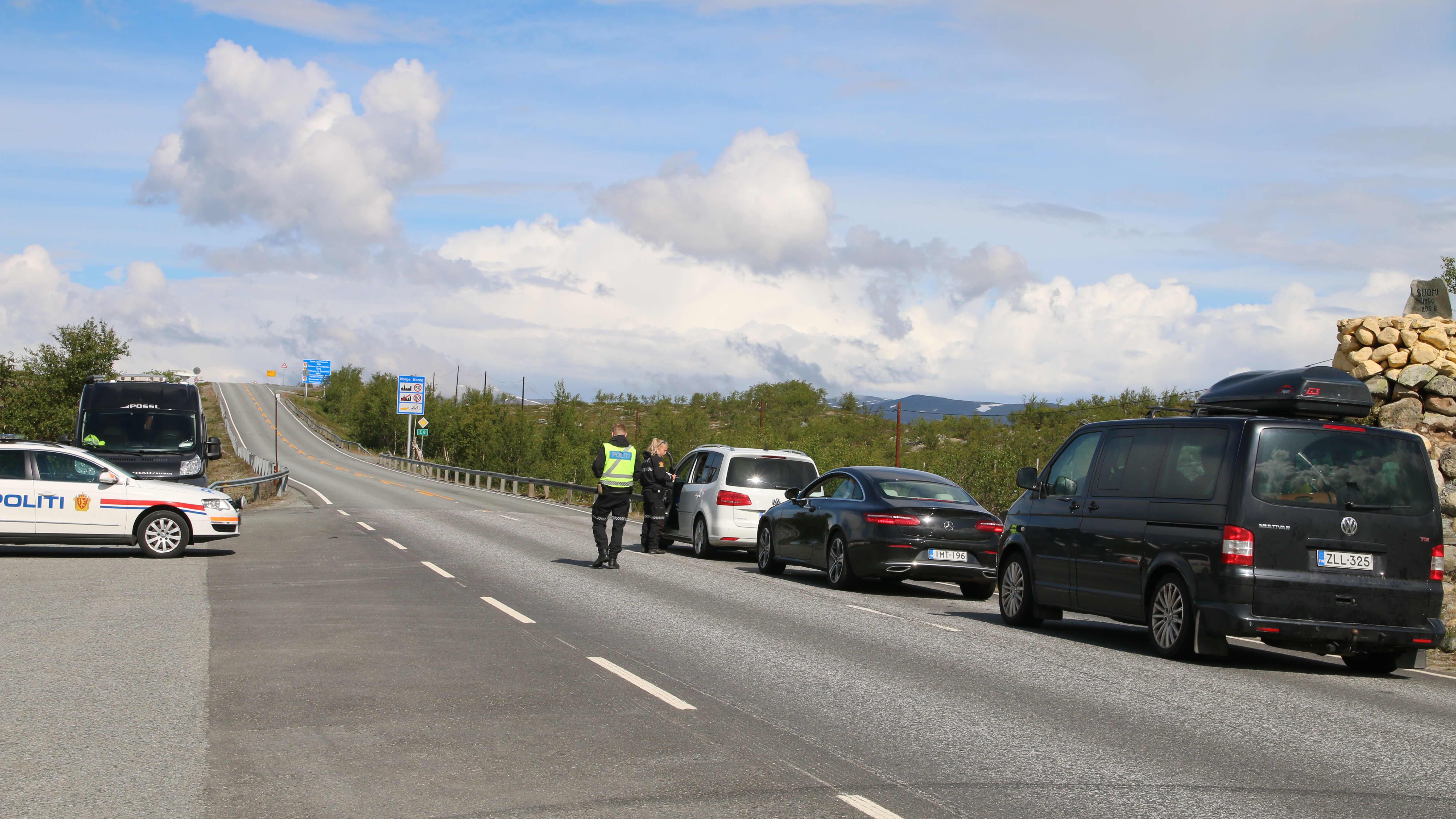 norjalaispoliisi tarkastaa autoilijoiden henkilöpapereita heinäkuussa 2020 Suomen ja Norjan rajalla