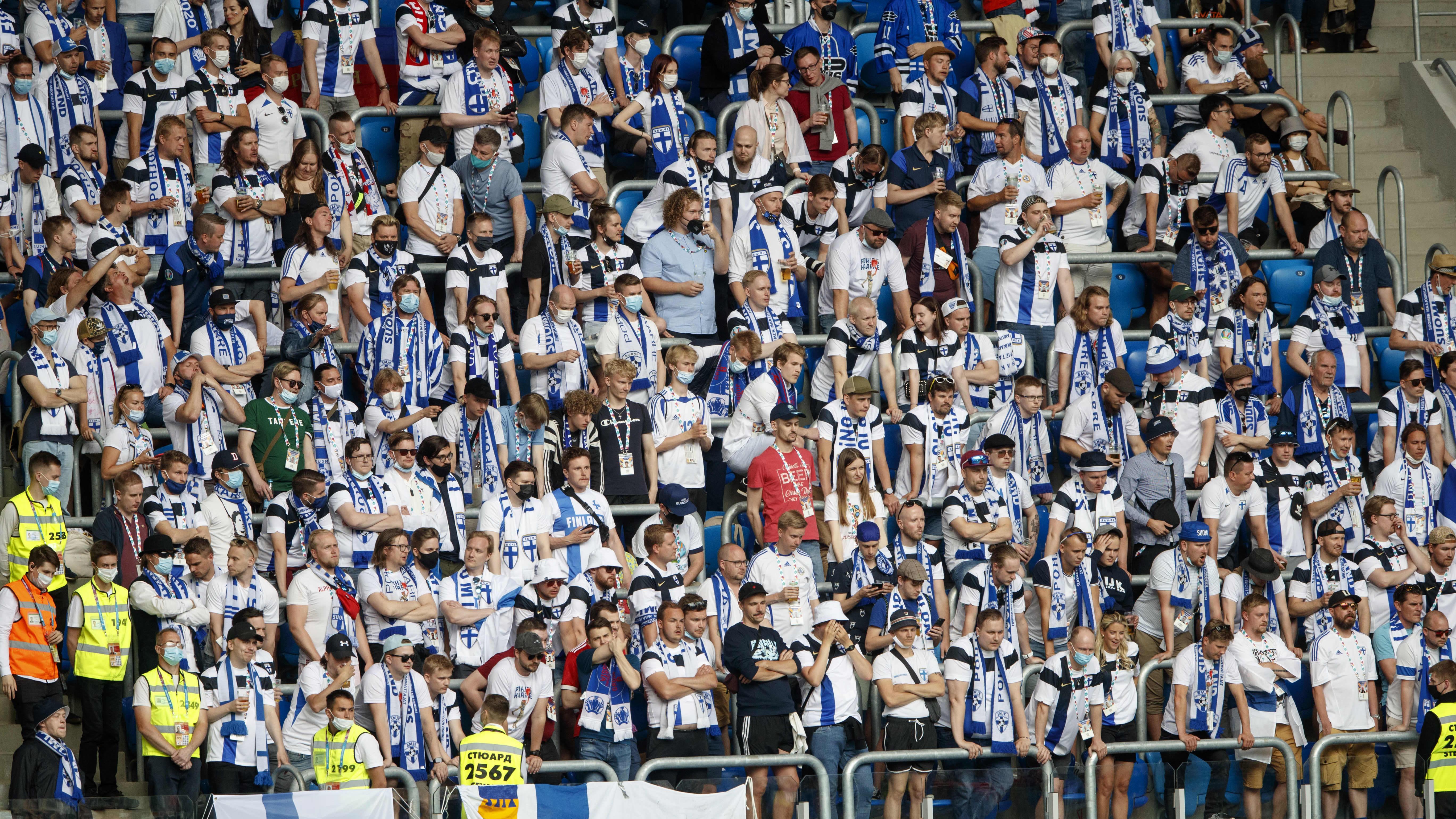 Suomalaiskannattajia katsomossa EM-kisojen ottelussa Venäjää vastaan 16.6.2021.