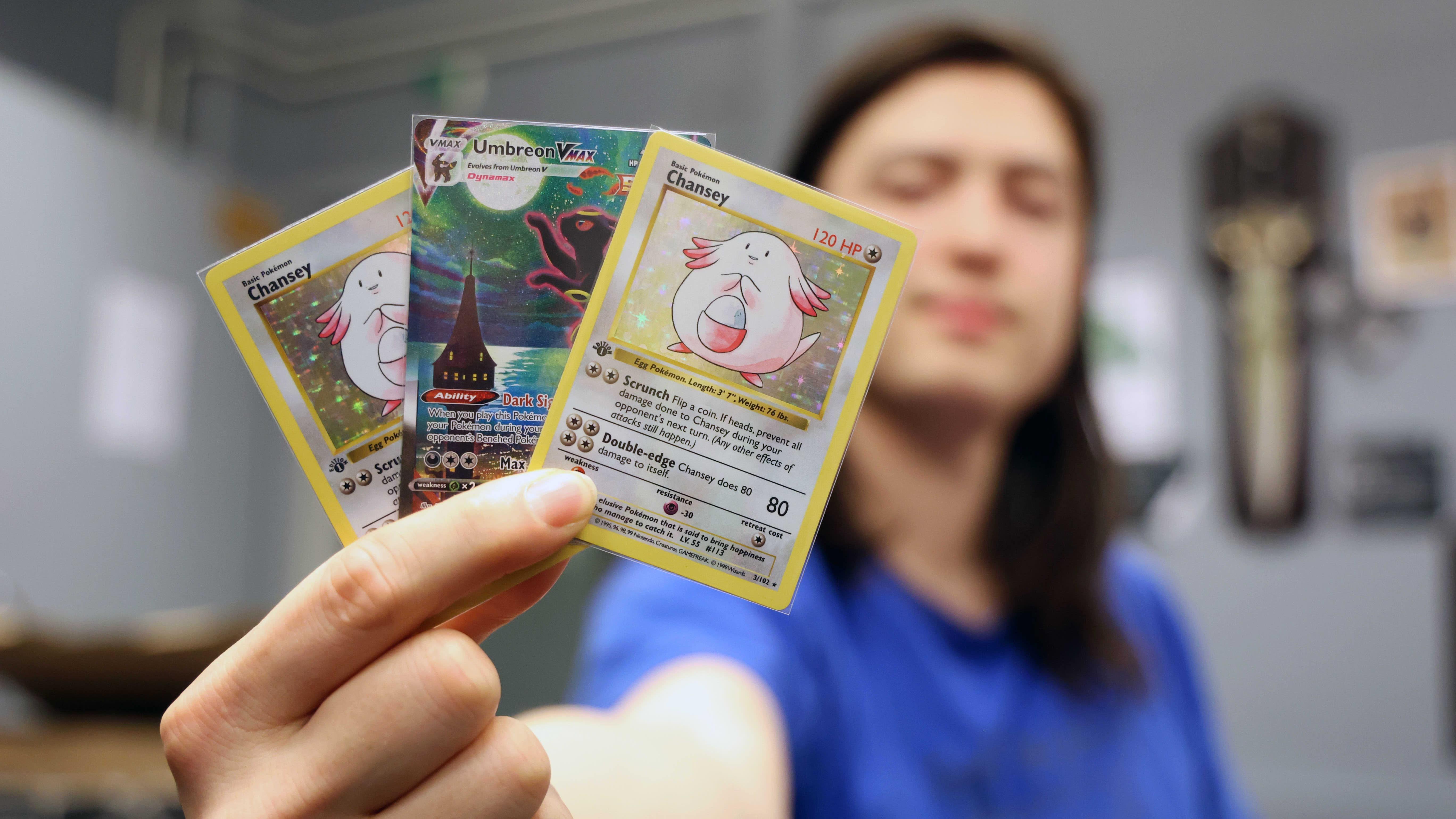 Tässä kädessä on noin tuhat euroa. Christian Tuomen arvokkaimmat Pokémon-kortit ovat täsmäostoksia netistä.