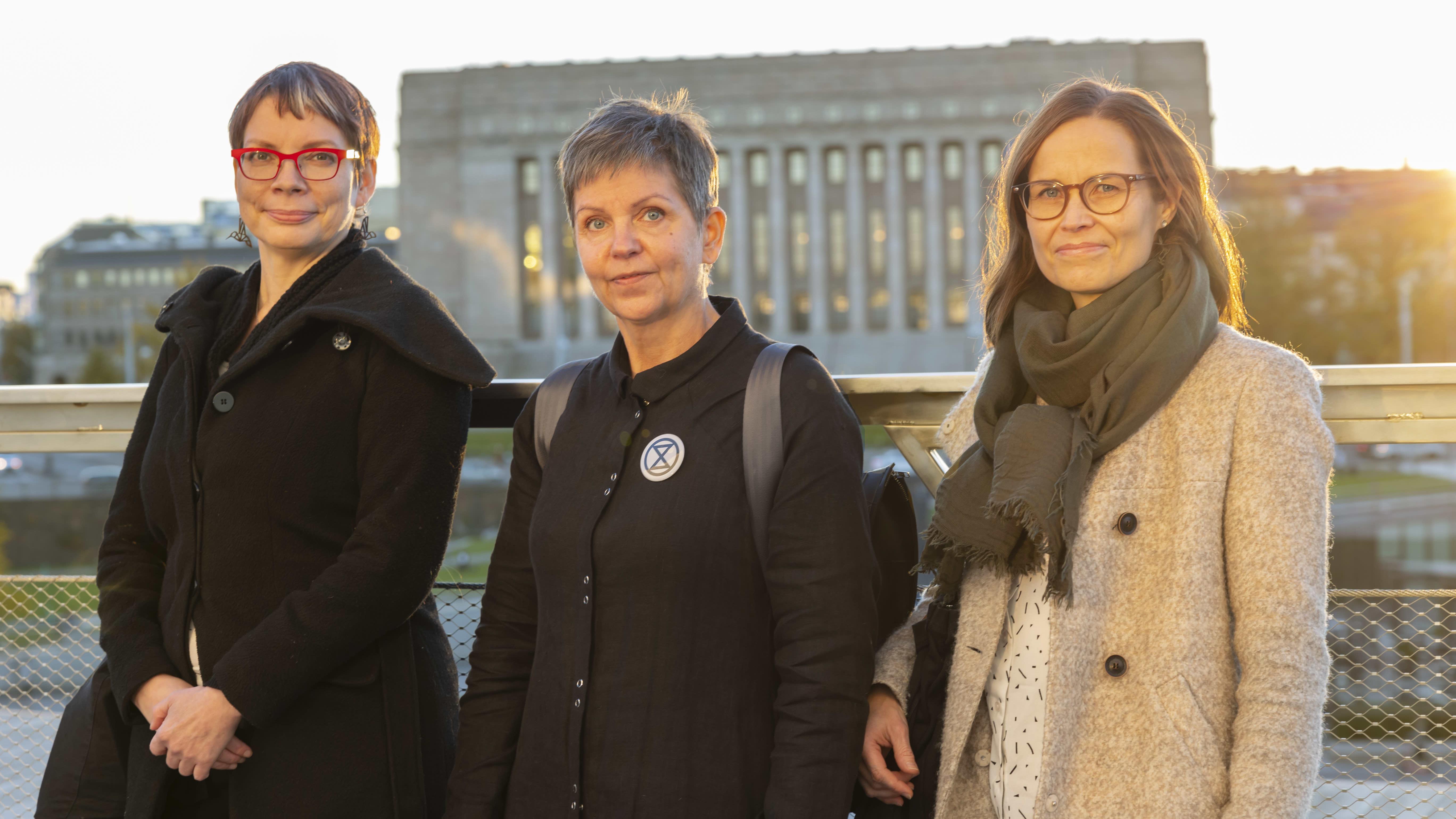 Pirjo Tinat,  Annamaija Hakama ja Heidi Haapala Oodin parvekkeella.