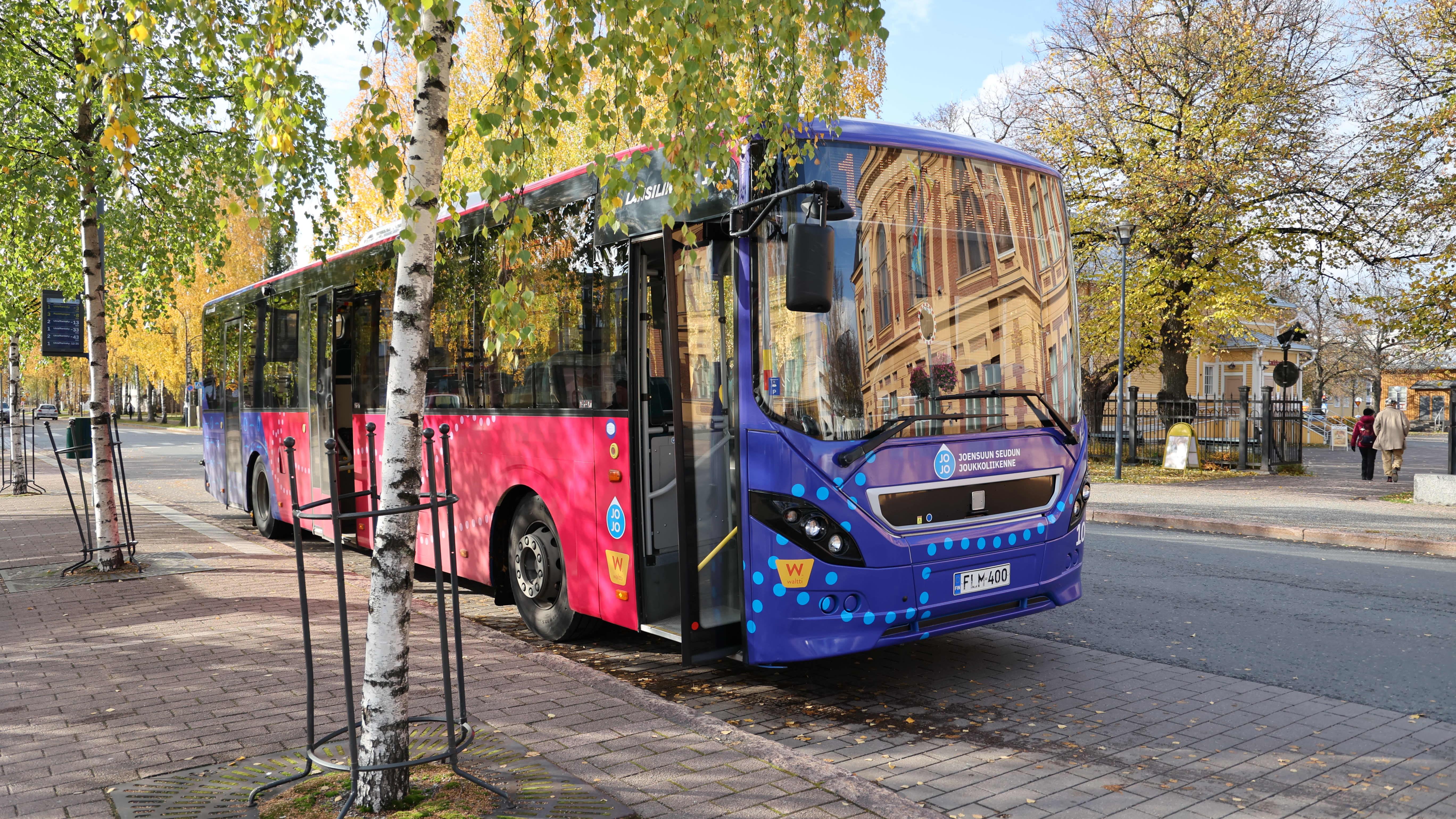 Paikallisliikenteen bussi pysäkillä.