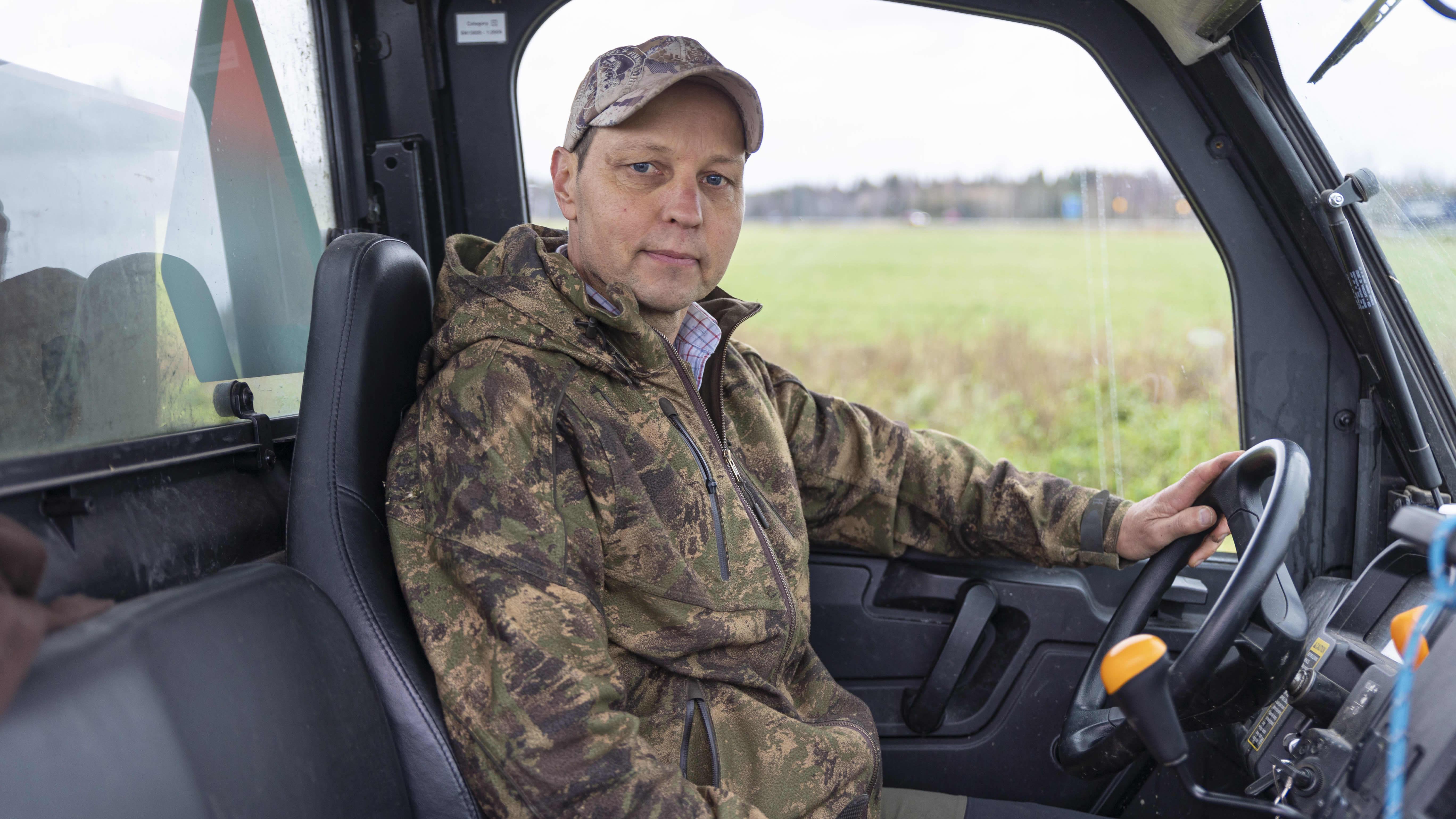 Viralan fasaanitilan tilanhoitaja Pekka Korhonen istuu traktorimönkijässä ja katsoo kameraan.