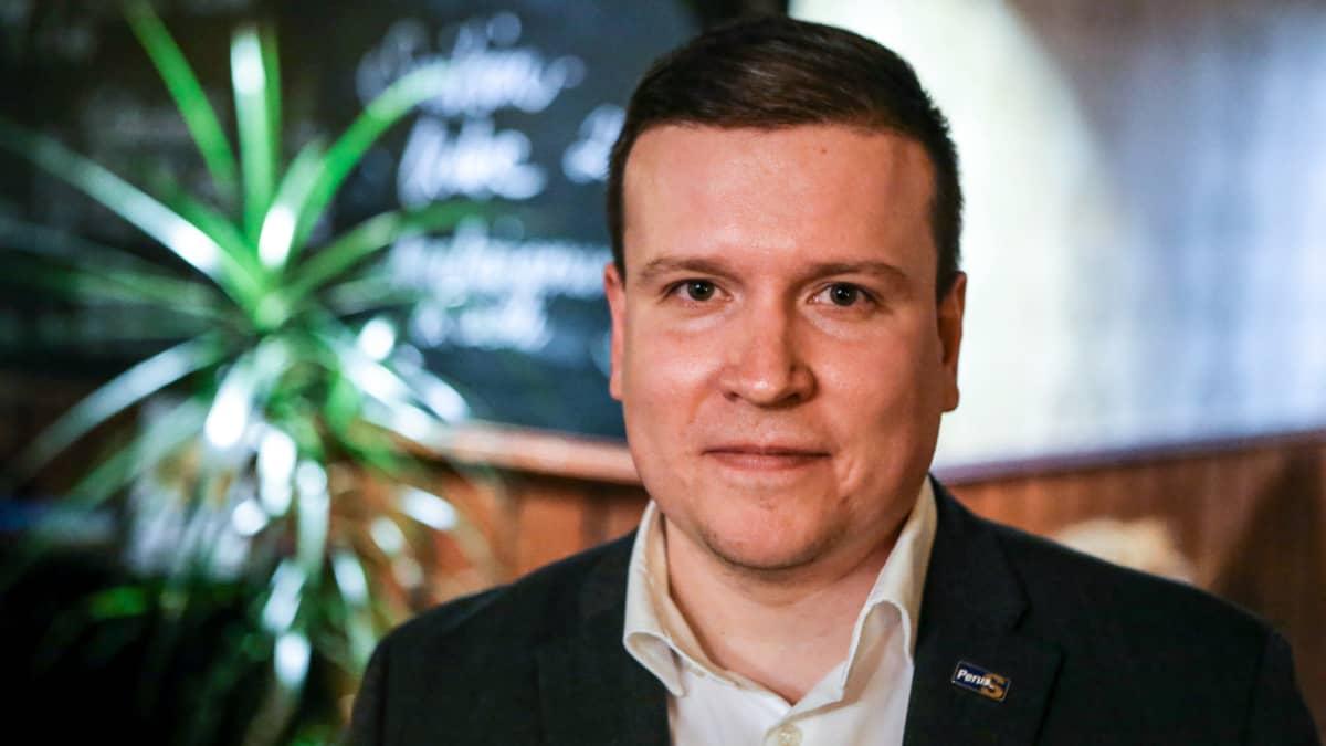 Perussuomalaisten Ville Tavio puolusti oikeutta kritisoida poliisia