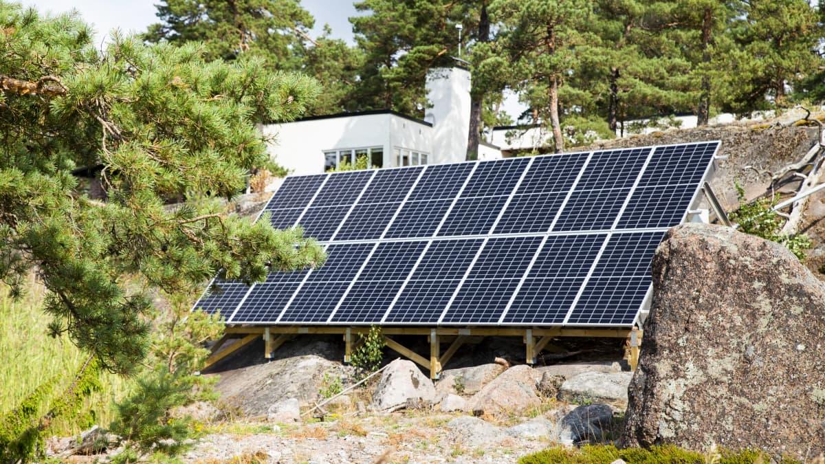 Aurinkosähköstä on tänä kesänä maksettu lähes kaksinkertainen hinta viime vuoteen verrattuna.