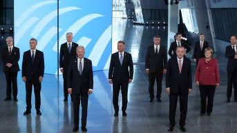 Sotilasliitto Naton johtajia ryhmäkuvassa.