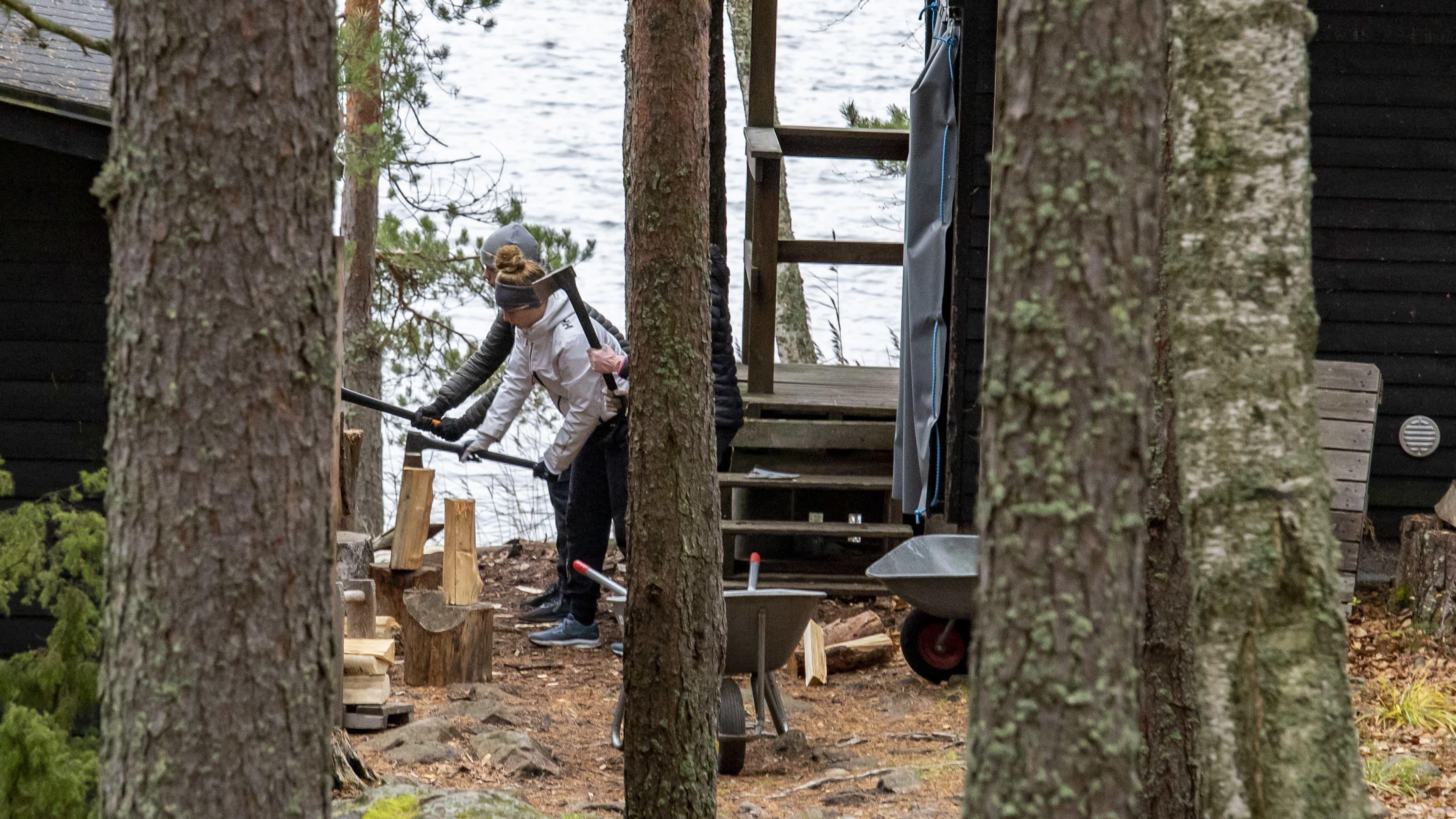 Nuorten syystyöleirillä hakataan halkoja ja puhdistetaan veneitä