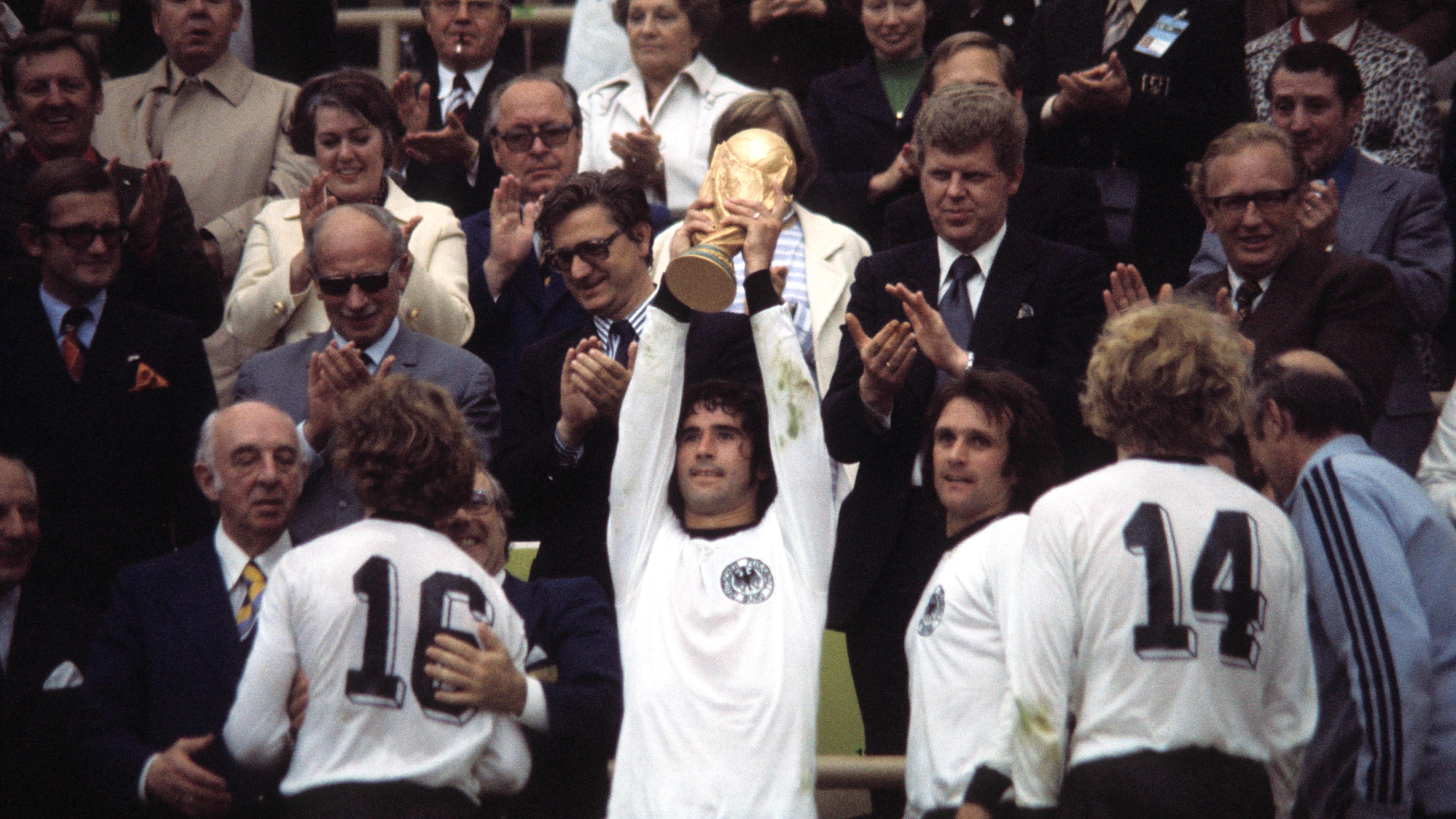 Gerd Müller nostaa ilmaan vuoden 1974 MM-pokaalin.