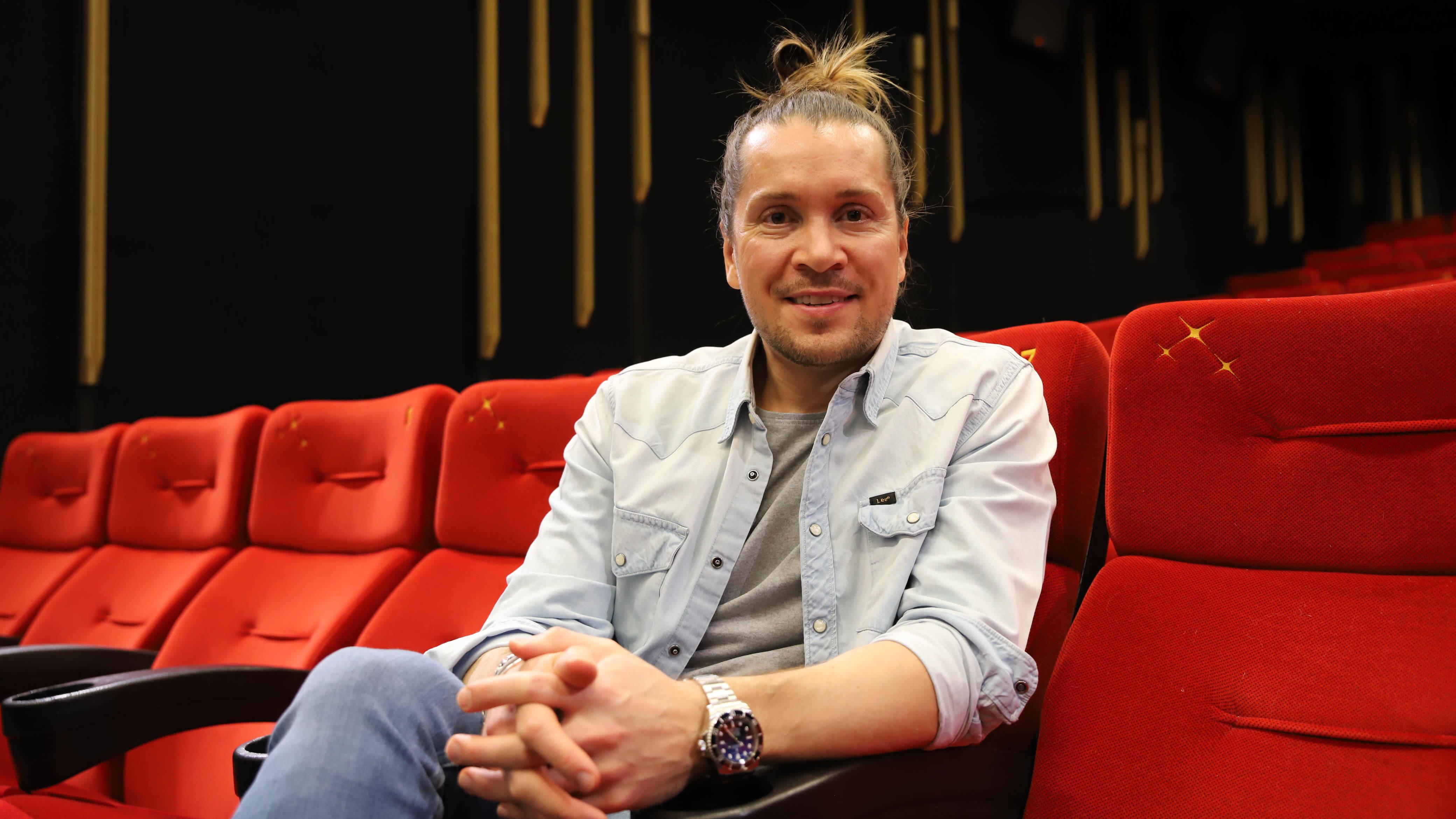 Elokuva-ohjaaja Taneli Mustonen elokuvateatterissa.