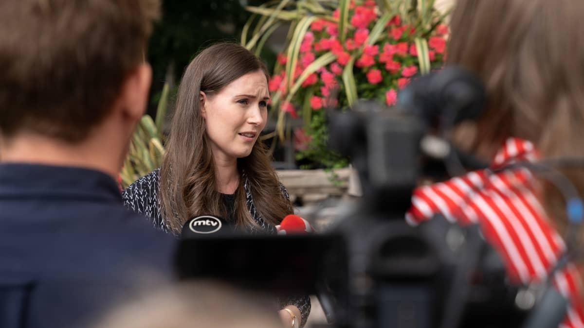 Sanna Marin puhuu lehdistölle.