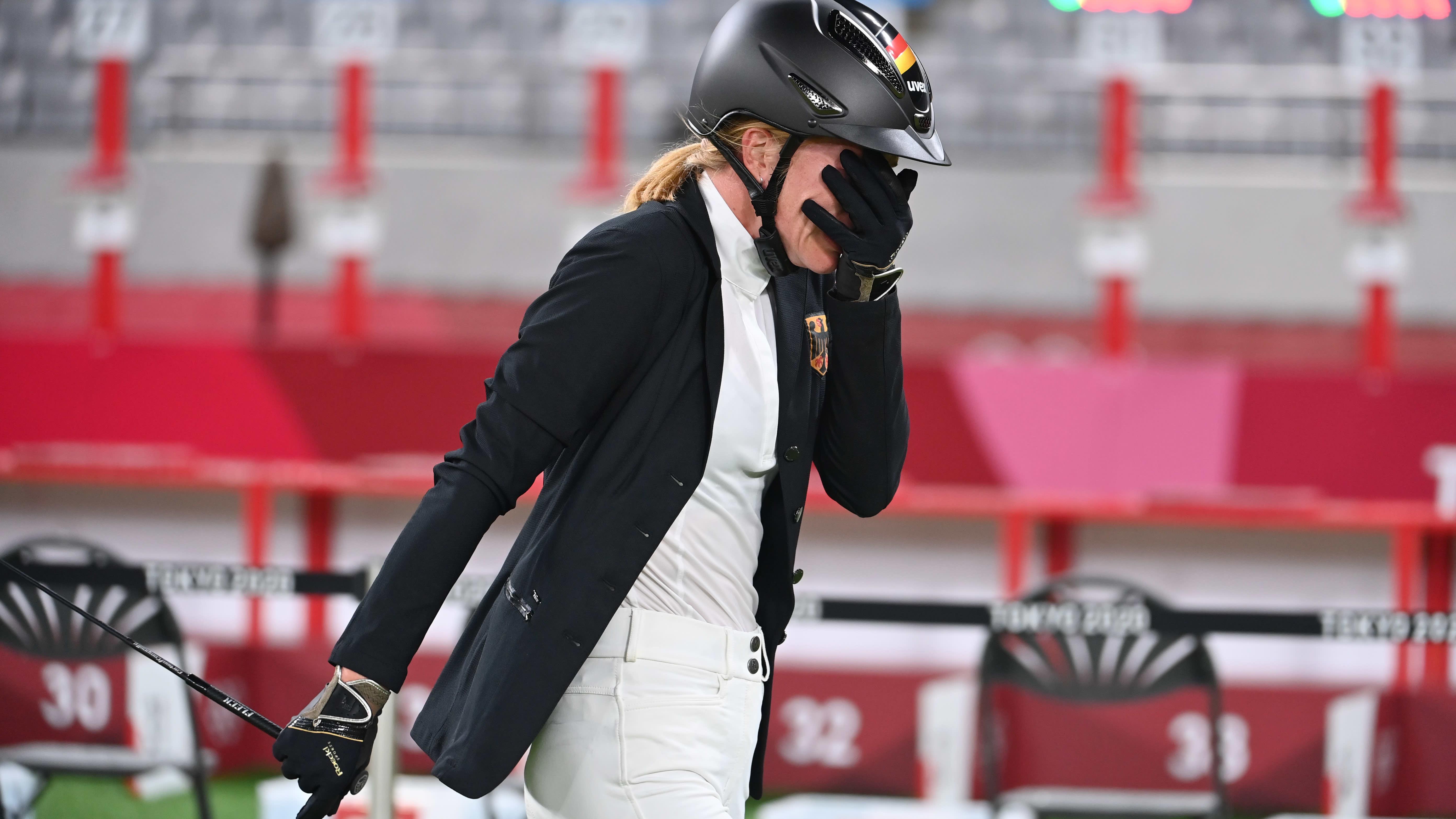 Annika Schleu itkee viisiottelun epäonnistuneen ratsastuksen jälkeen Tokiossa.
