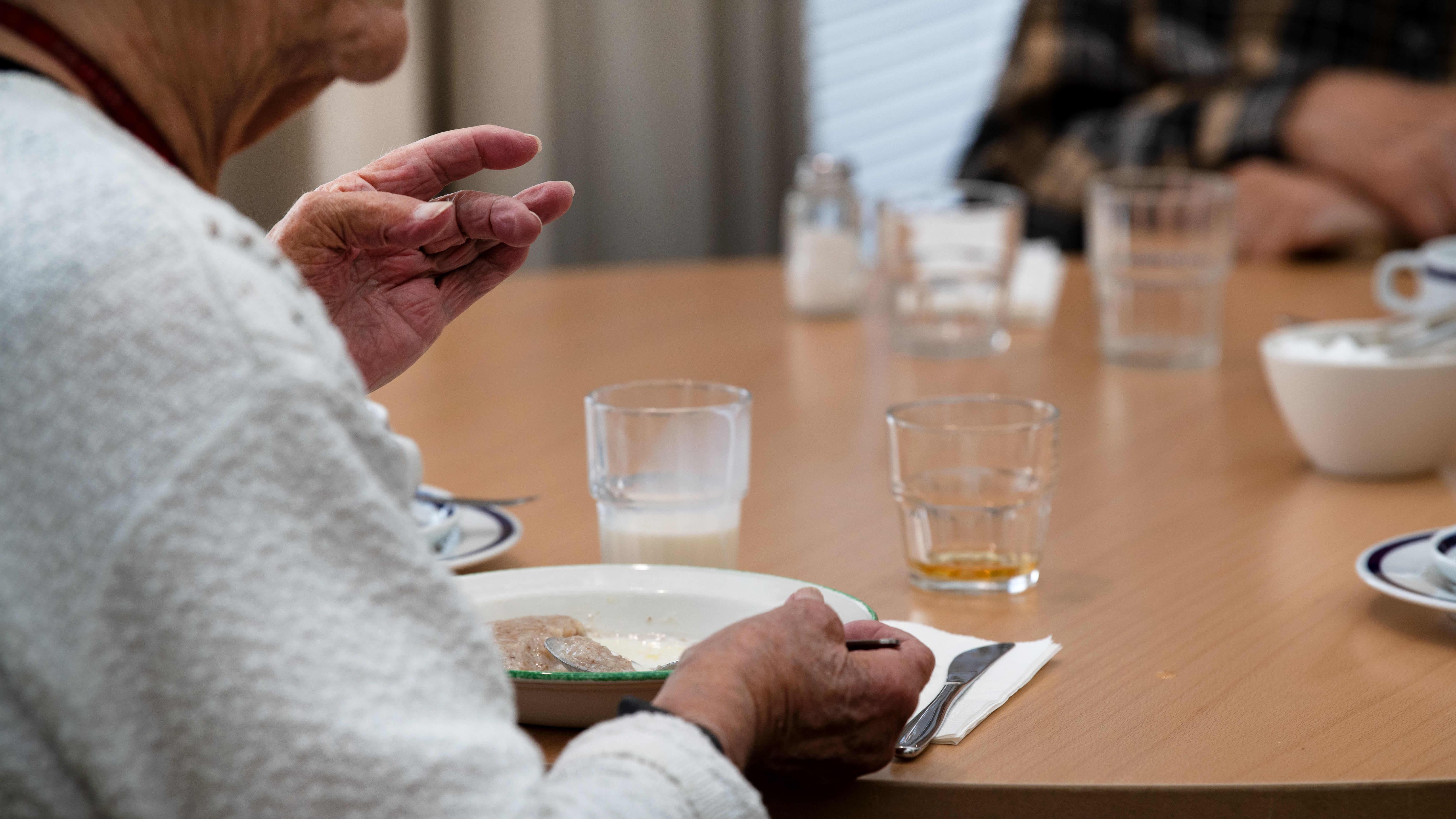 Vanhus ruokailee seniorikeskuksessa.