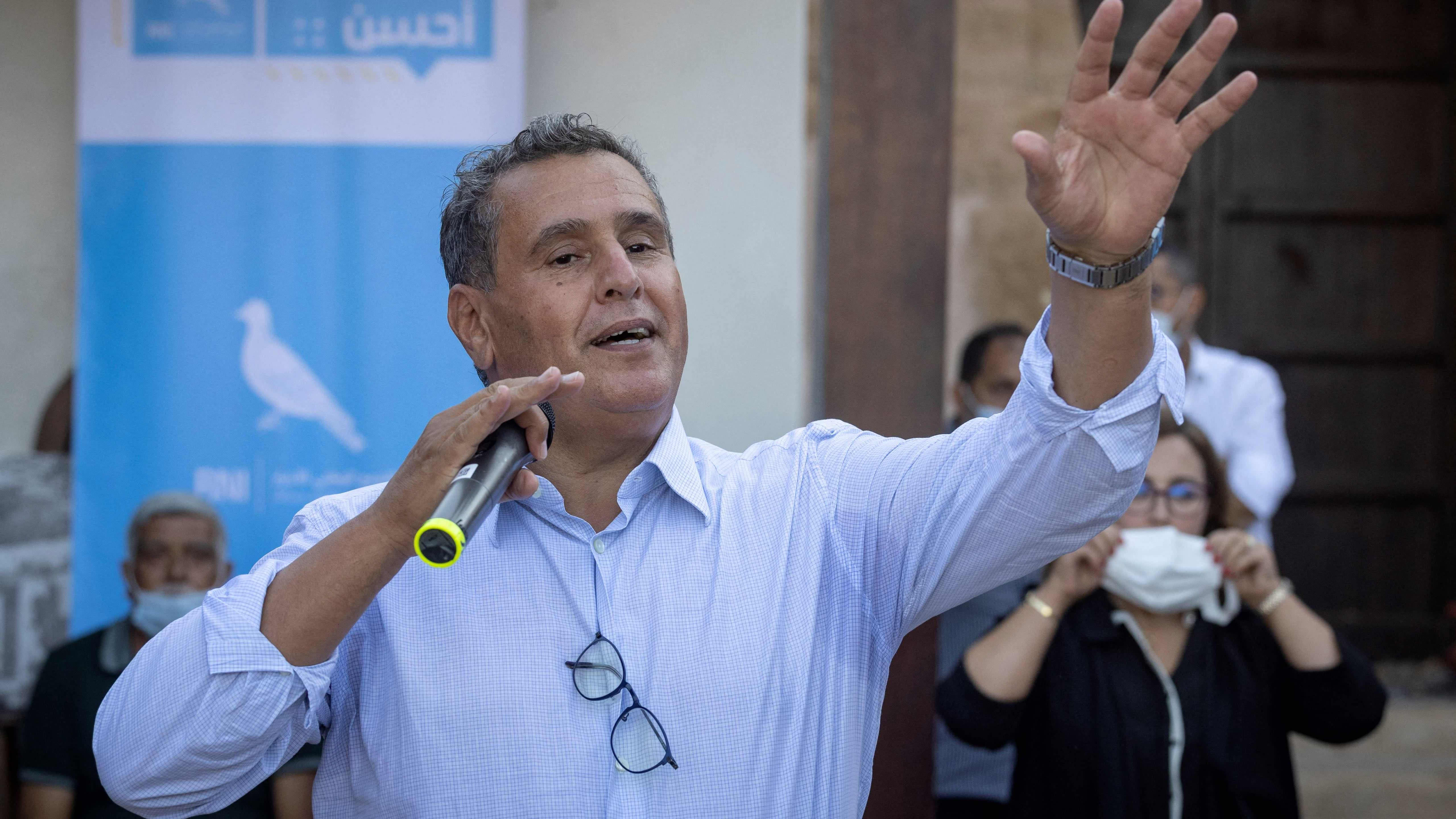 Marokkolainen poliitikko puhuu mikrofoniin, taustalla ihmisiä.