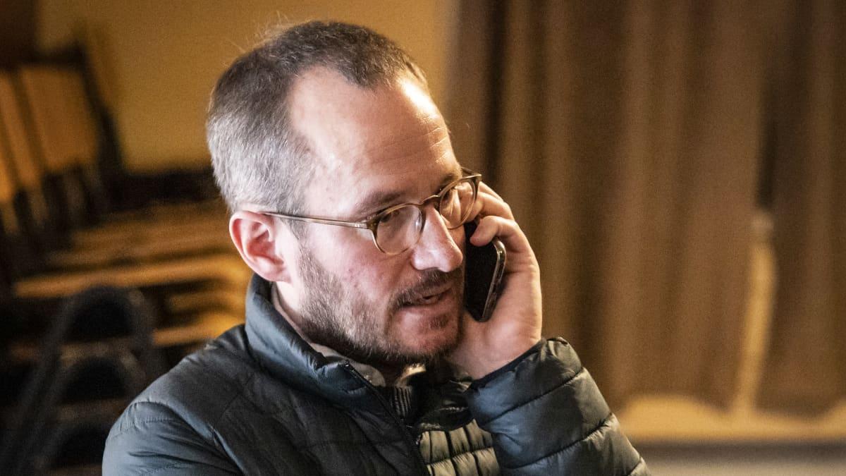 Juho Kuosmanen puhuu puhelimeen.