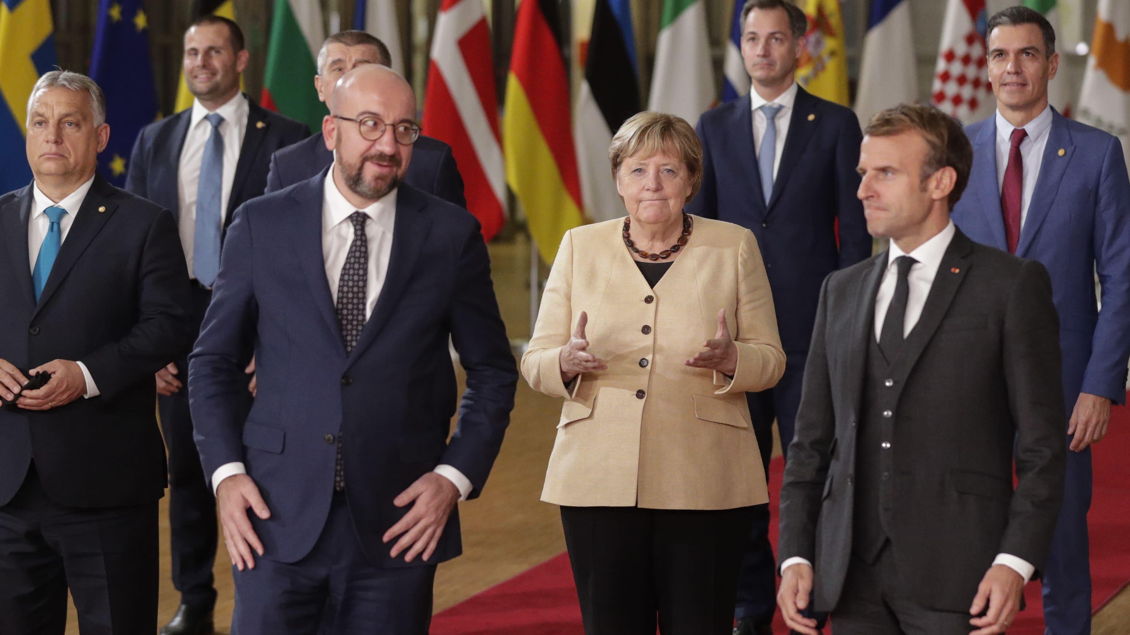 Kuvassa etualalla Eurooppa-neuvoston puheenjohtaja Charles Michel (vas.), Saksan liittokansleri Angela Merkel ja Ranskan presidentti Emmanuel Macron.