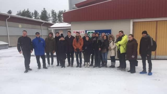 Ryhmä suomalaisia ja ranskalaisia poseeraa Ylisen broilertilan edustalla