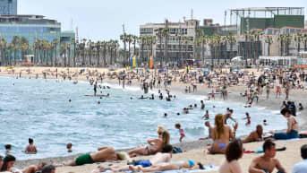 Ihmsiä Barcelonan rannalla.