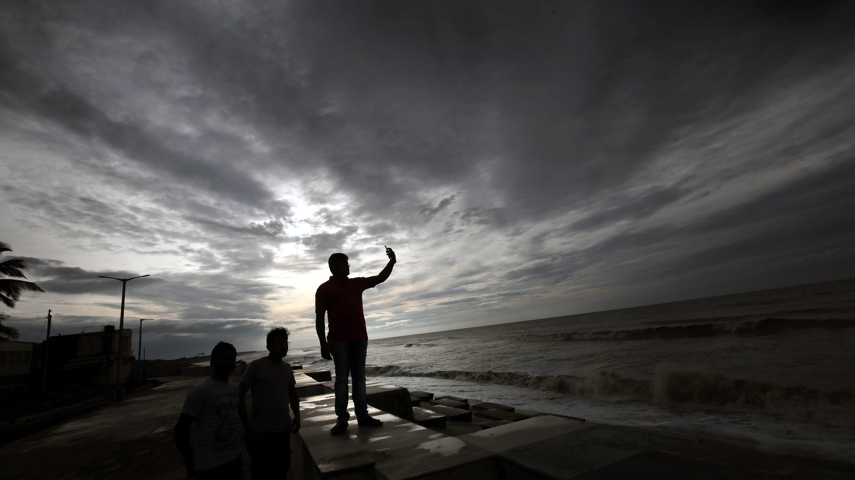 Intialaiset seurasivat tuulten muutosta sykloni Fanin iskeydyttyä Intian rannikolle viime toukokuussa.