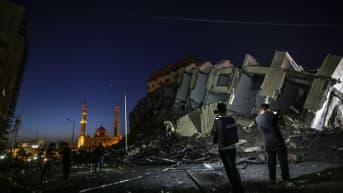 Gazan kaupungissa tutkittiin viime yönä Israelin ilmaiskussa romahtanutta kerrostaloa.