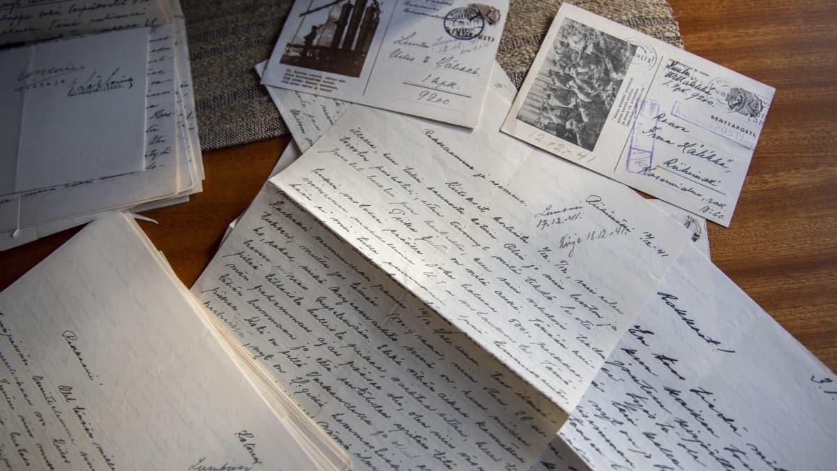 """Vanhoissa kirjeissä käydään läpi yhden pariskunnan koko elämä sota-aikana: """"Silta, joka yhdisti perheen"""""""