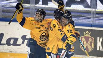 Lukon Anrei Hakulinen (vas.), Eetu Koivistoinen ja Toni Koivisto juhlivat Koiviston tekemää avausmaalia jääkiekon SM-liigan neljännessä loppuottelussa TPS - Lukko Turussa.
