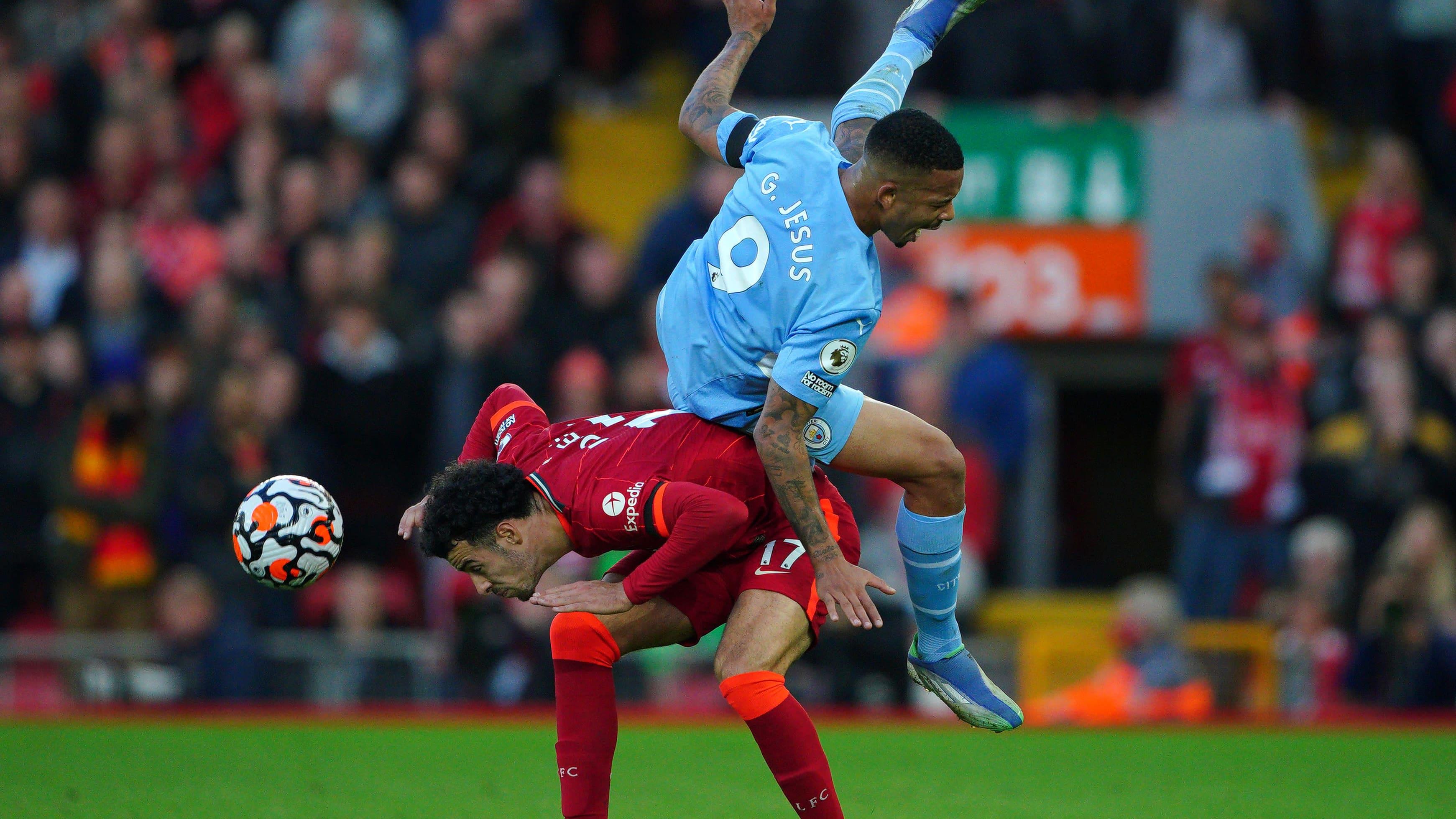 Manchester Cityn Gabriel Jesus ja Liverpoolin Curtis Jones.