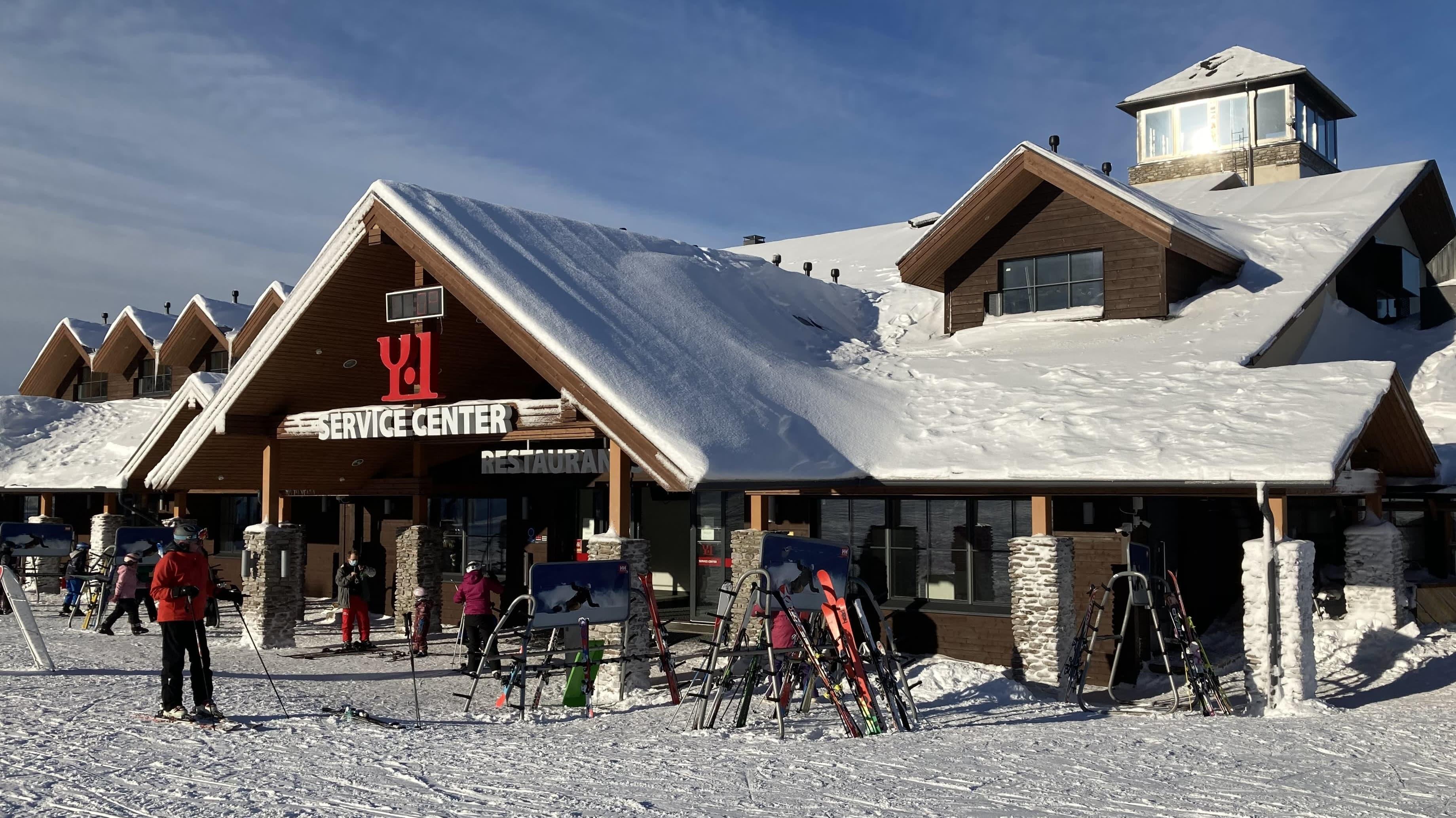 Ylläksen hiihtokeskuksen kahvila- ja suksivuokraamorakennus